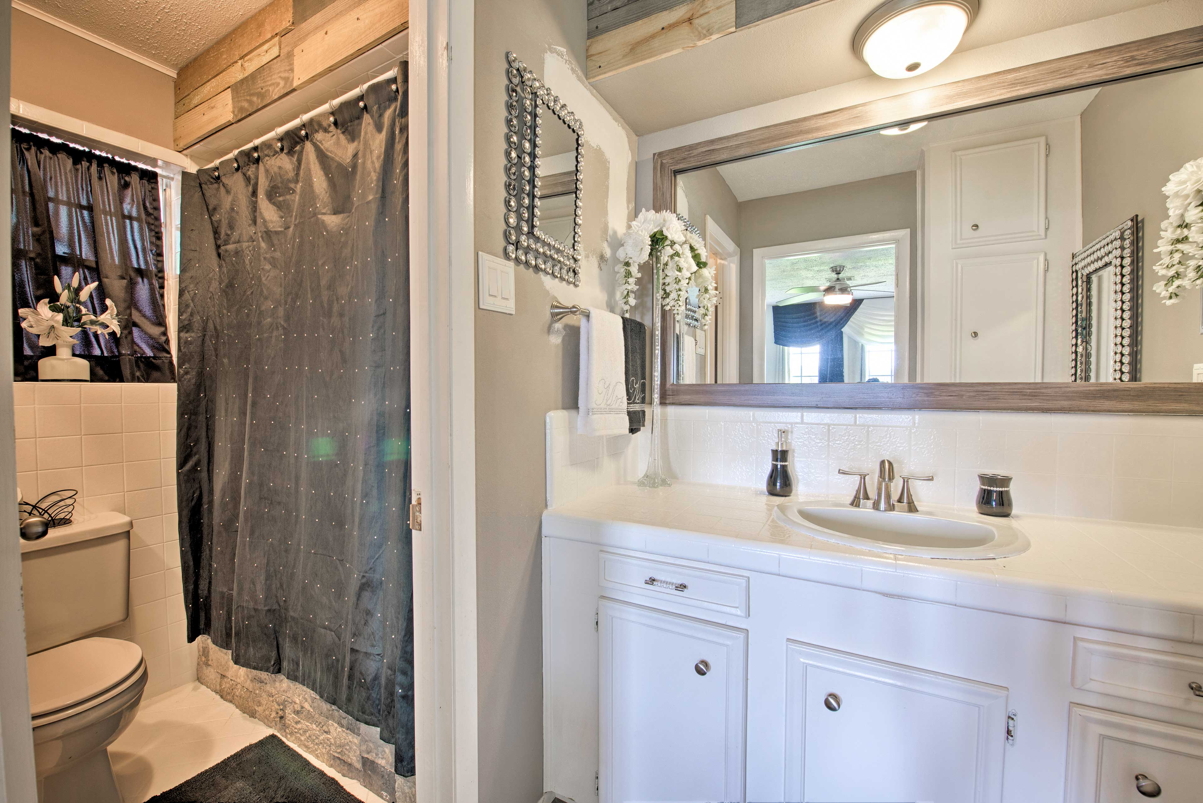 Freshen up in this bathroom before dinner.