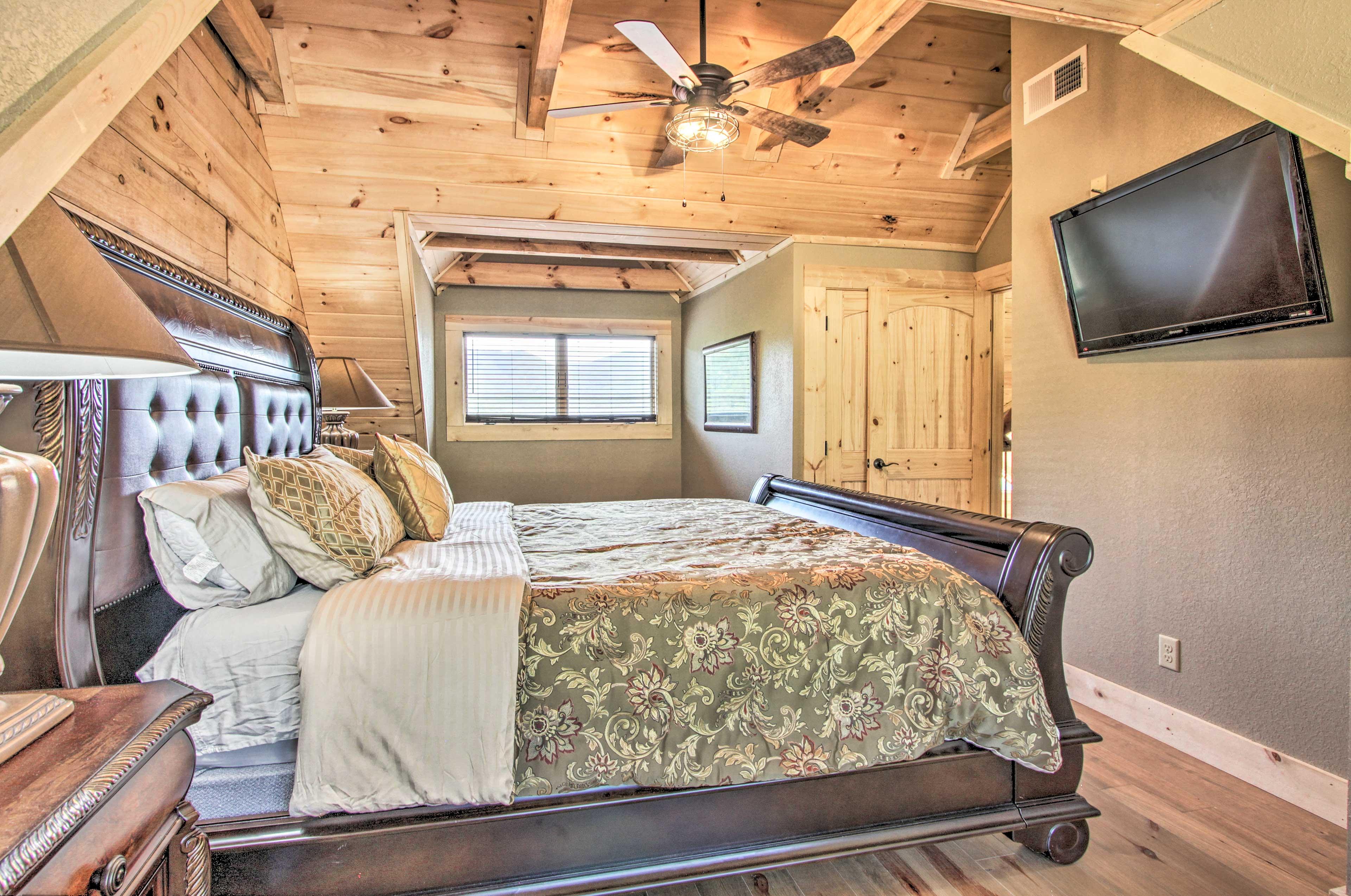 Bedroom 2   King Bed   Smart TV
