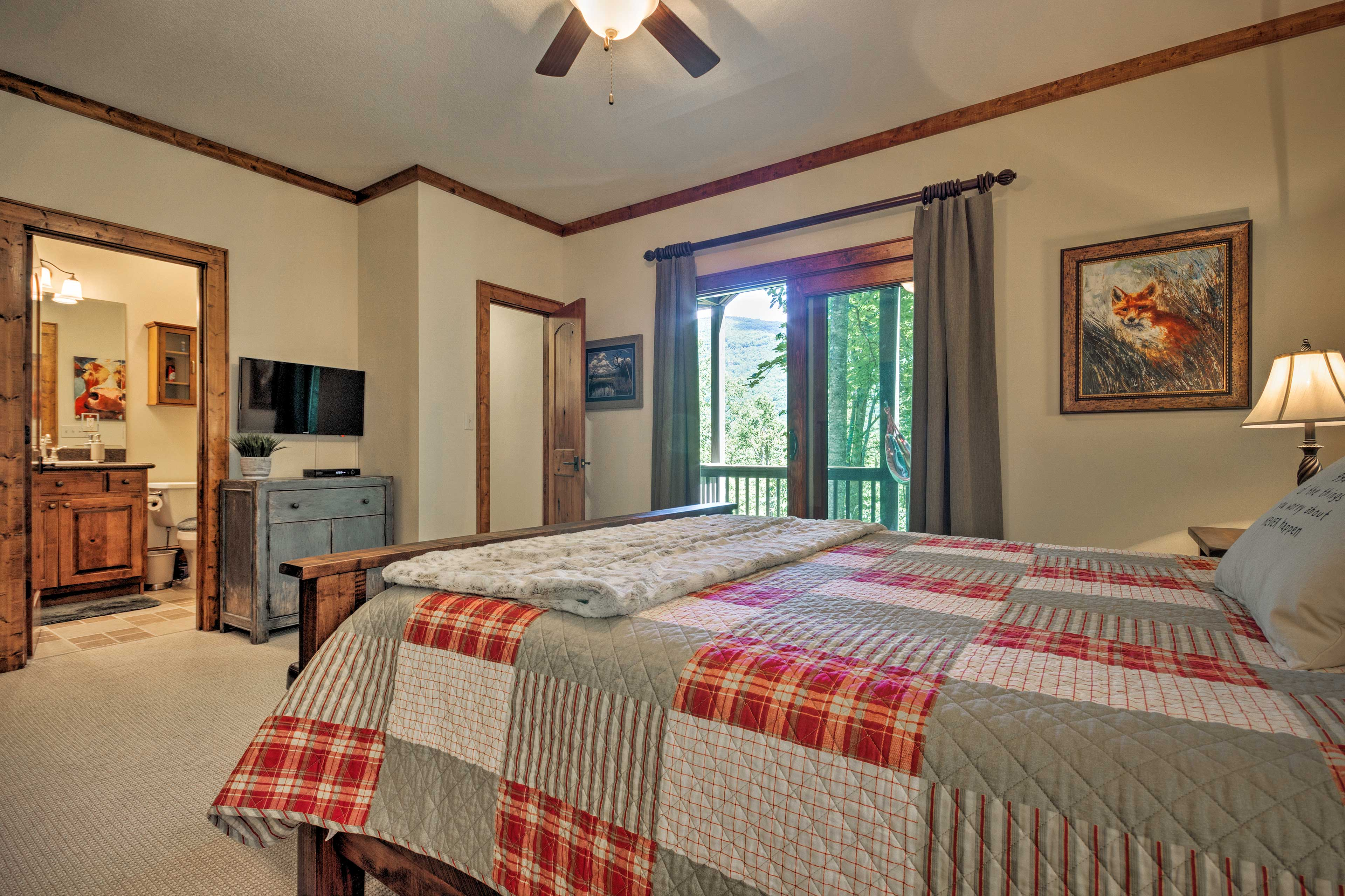 The room includes a queen bed and flat-screen TV.