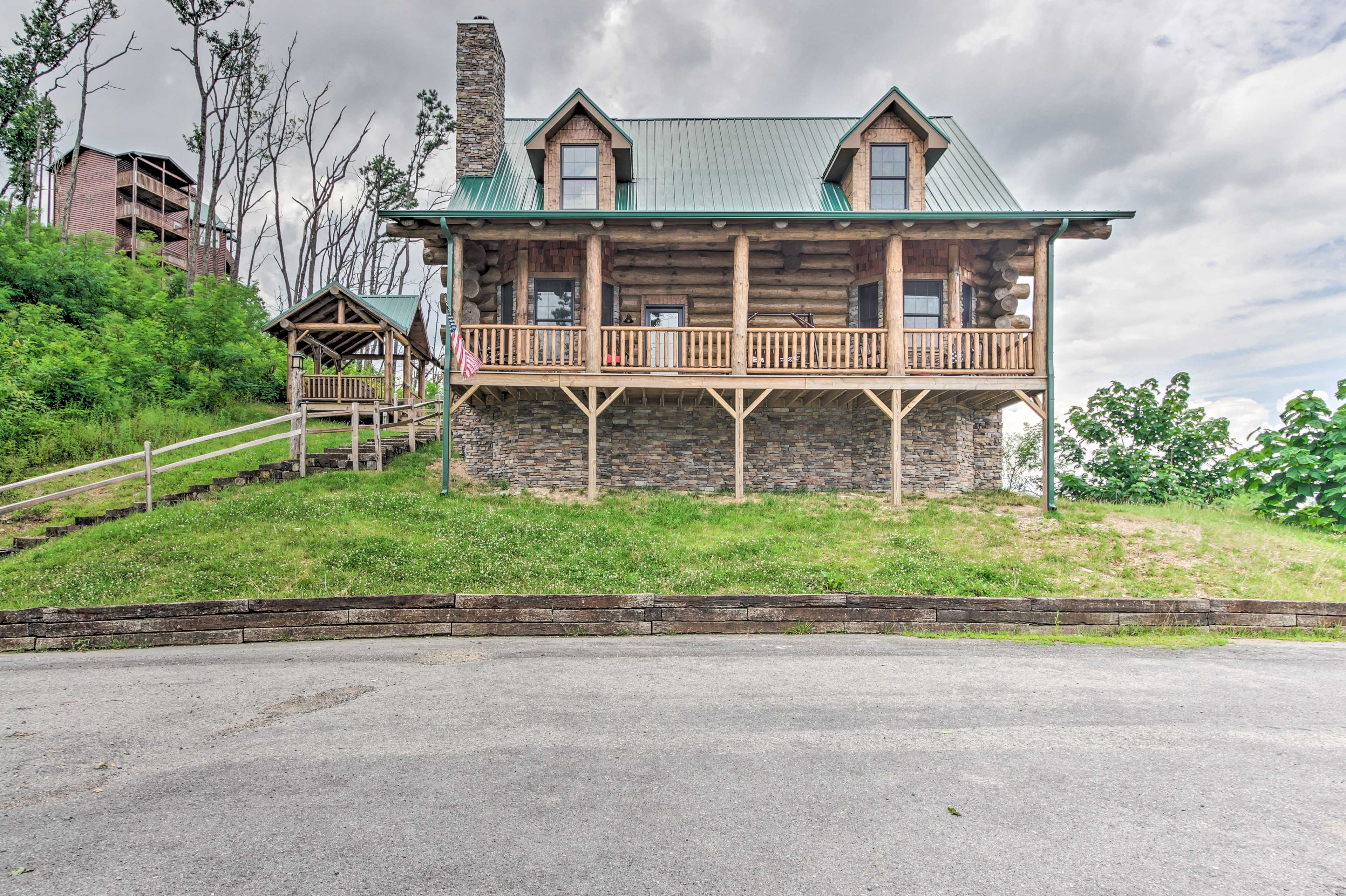 This log cabin is just 5 miles to Pigeon Forge!