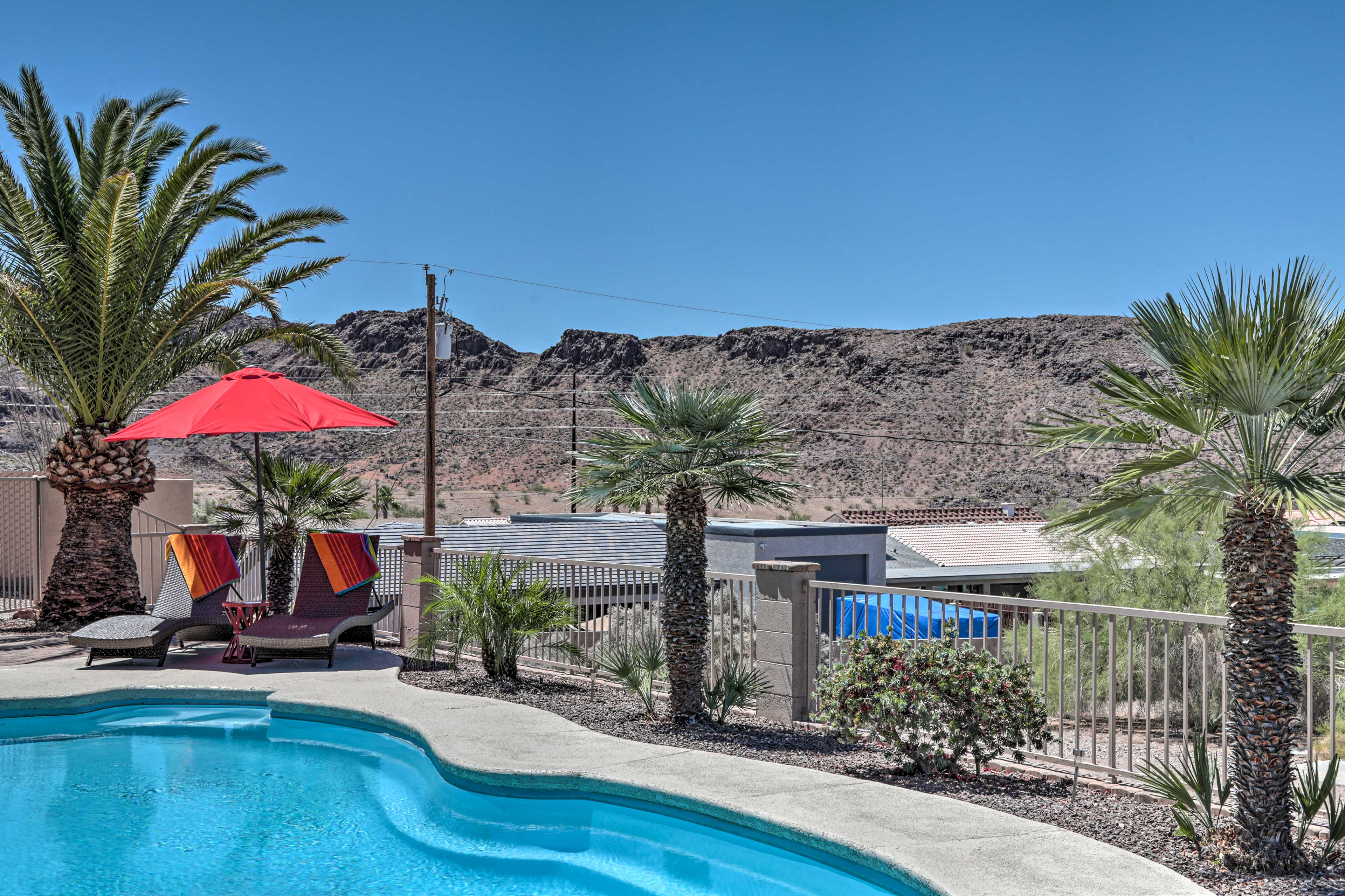 Head for the lake and stay at this private oasis with a heated pool and spa!