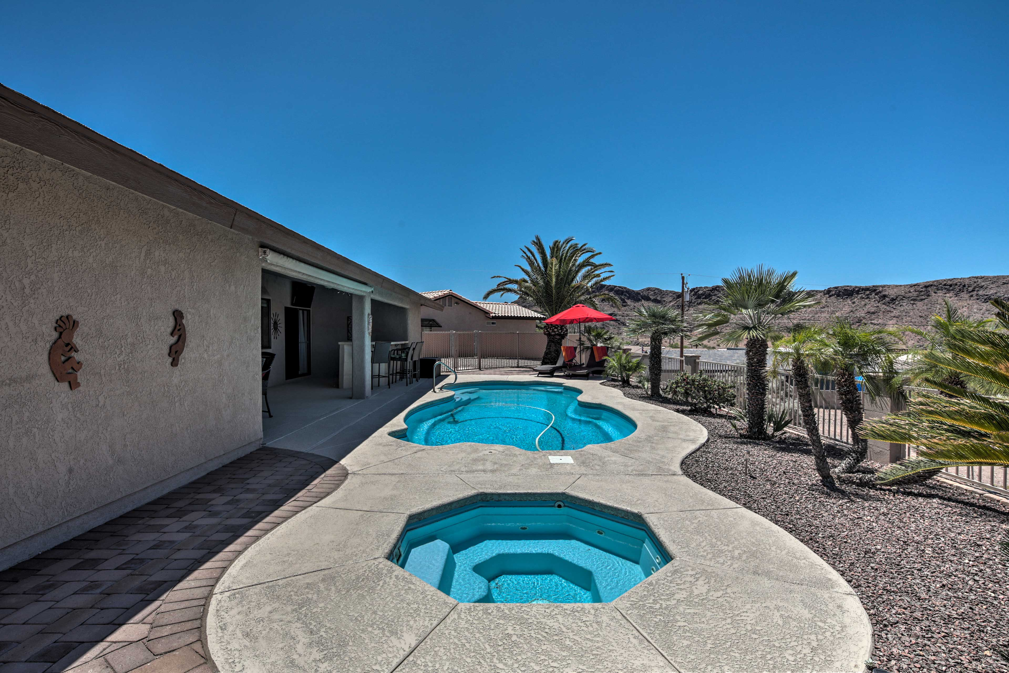The pool and spa can be heated for optimal comfort.