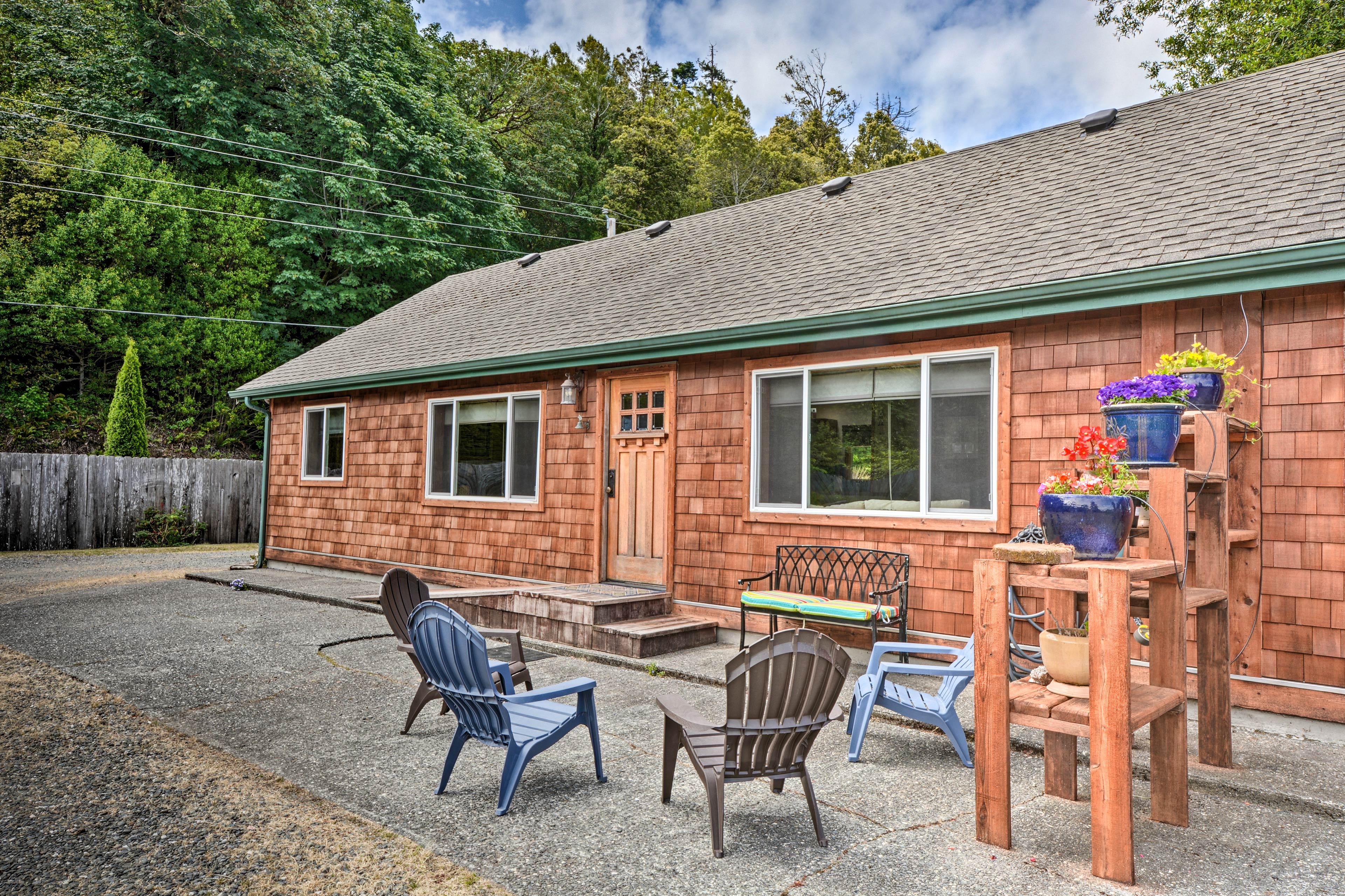 Sit back and unwind at this 2-bedroom, 1-bath apartment in Gold Beach!
