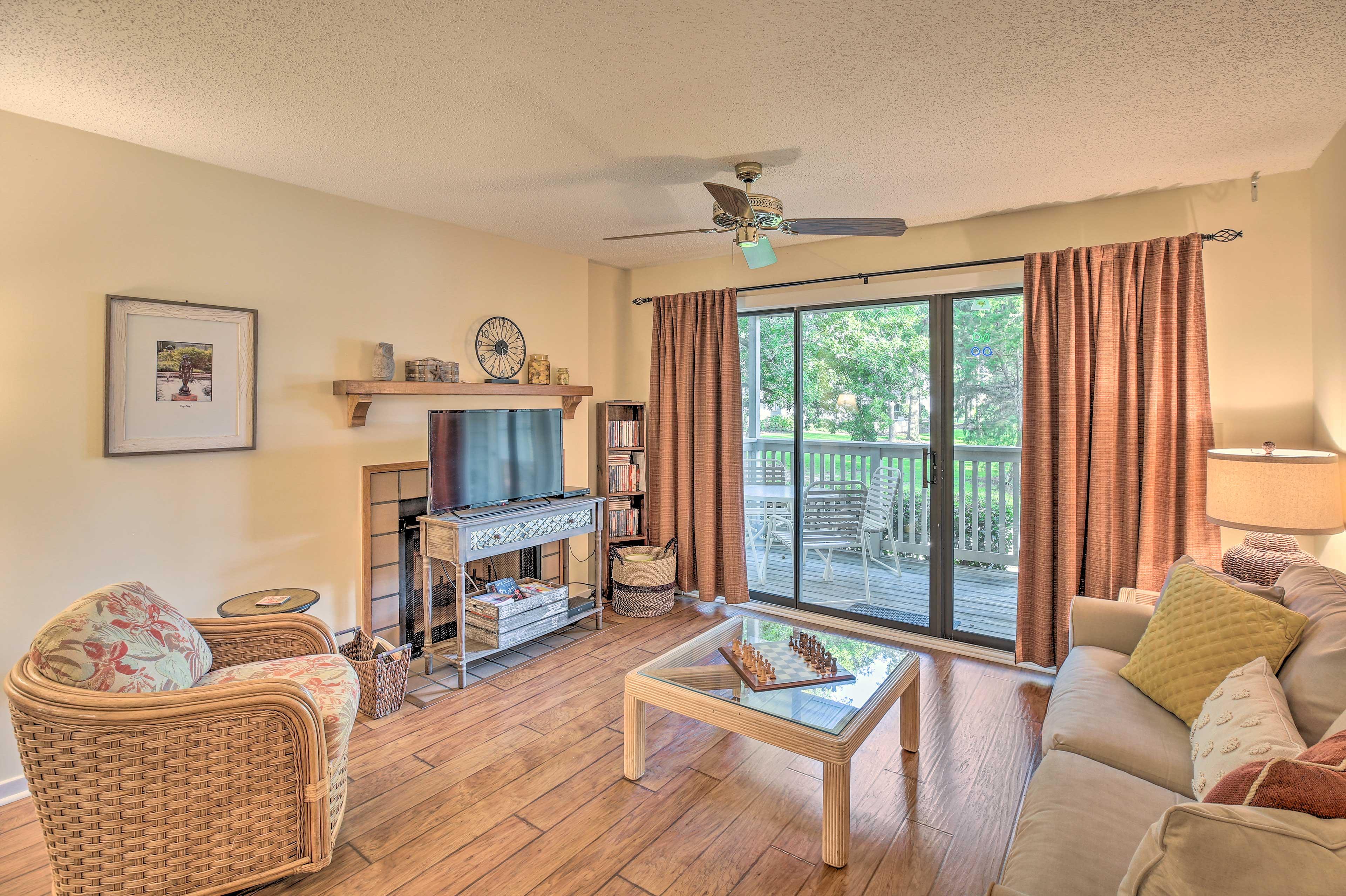 Living Room | Free WiFI | Flat-screen TV w/ DVD Player