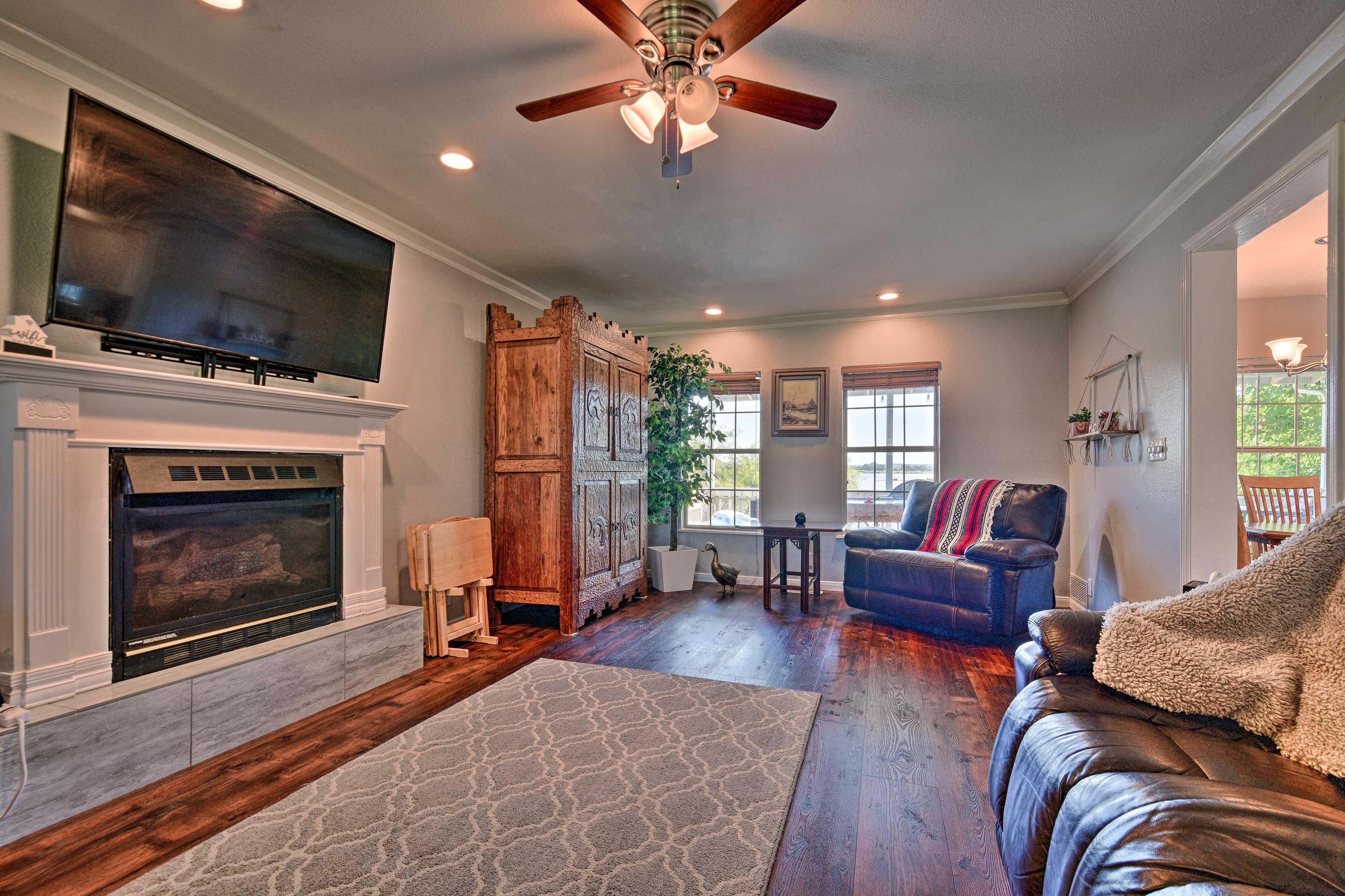Living Room | Gas Fireplace | Smart TV