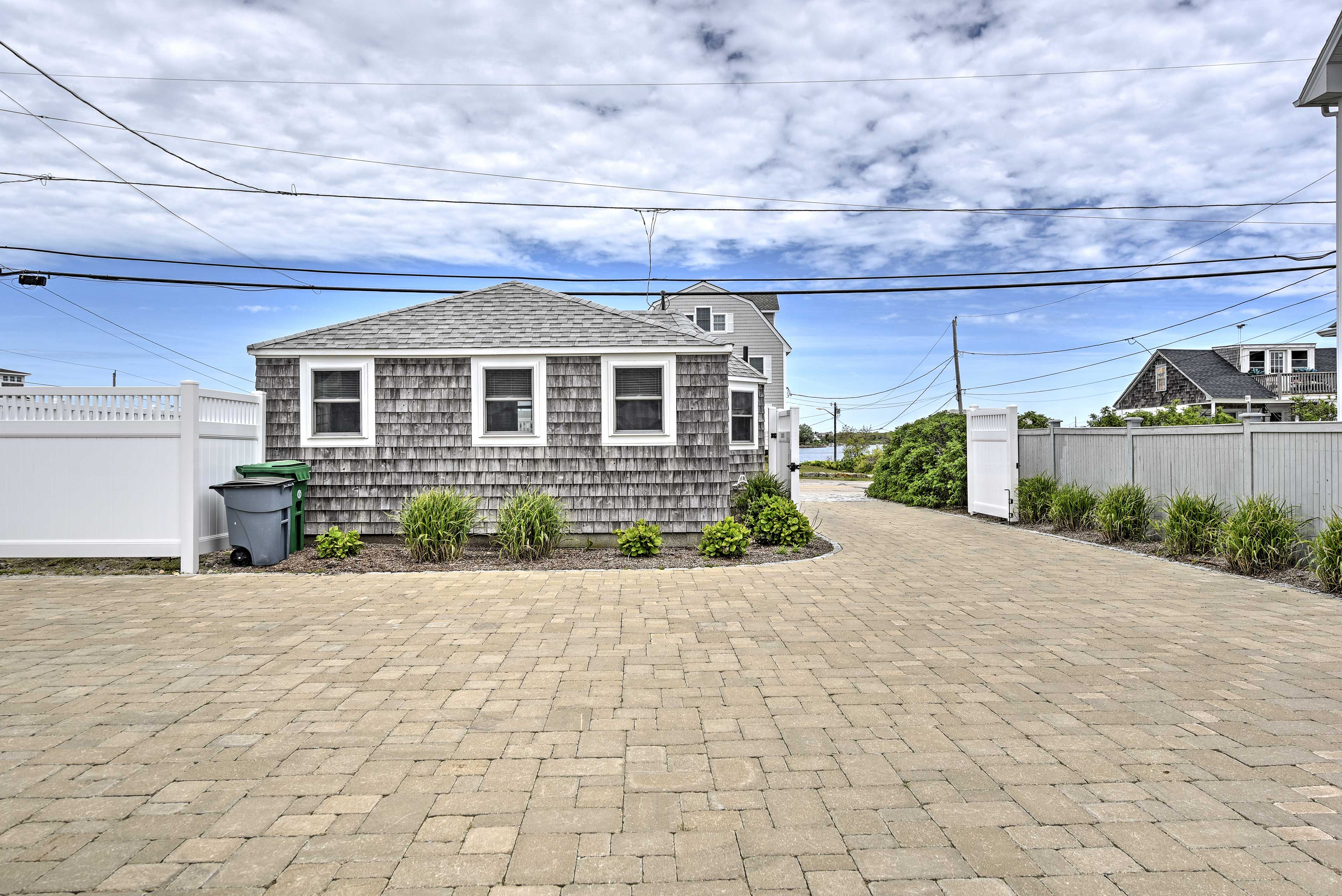 Explore the charming small town of South Kingstonfrom this Rhode Island home!