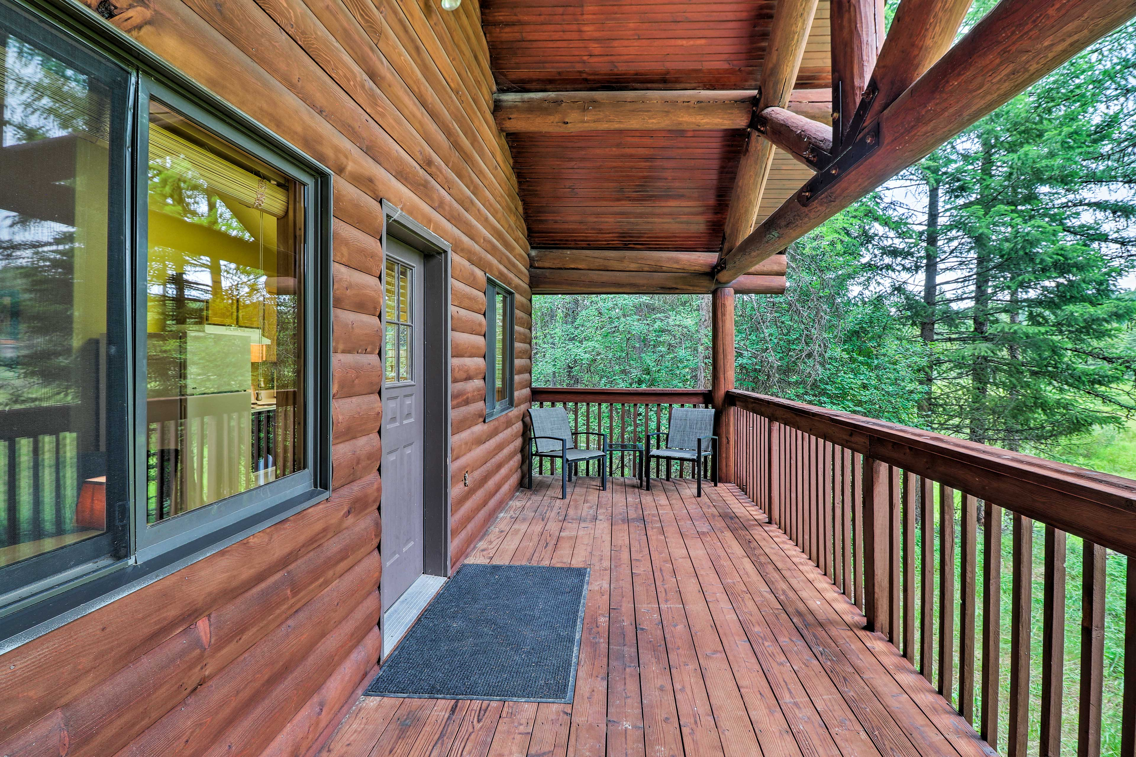 Relax on the furnished deck with mountain views.