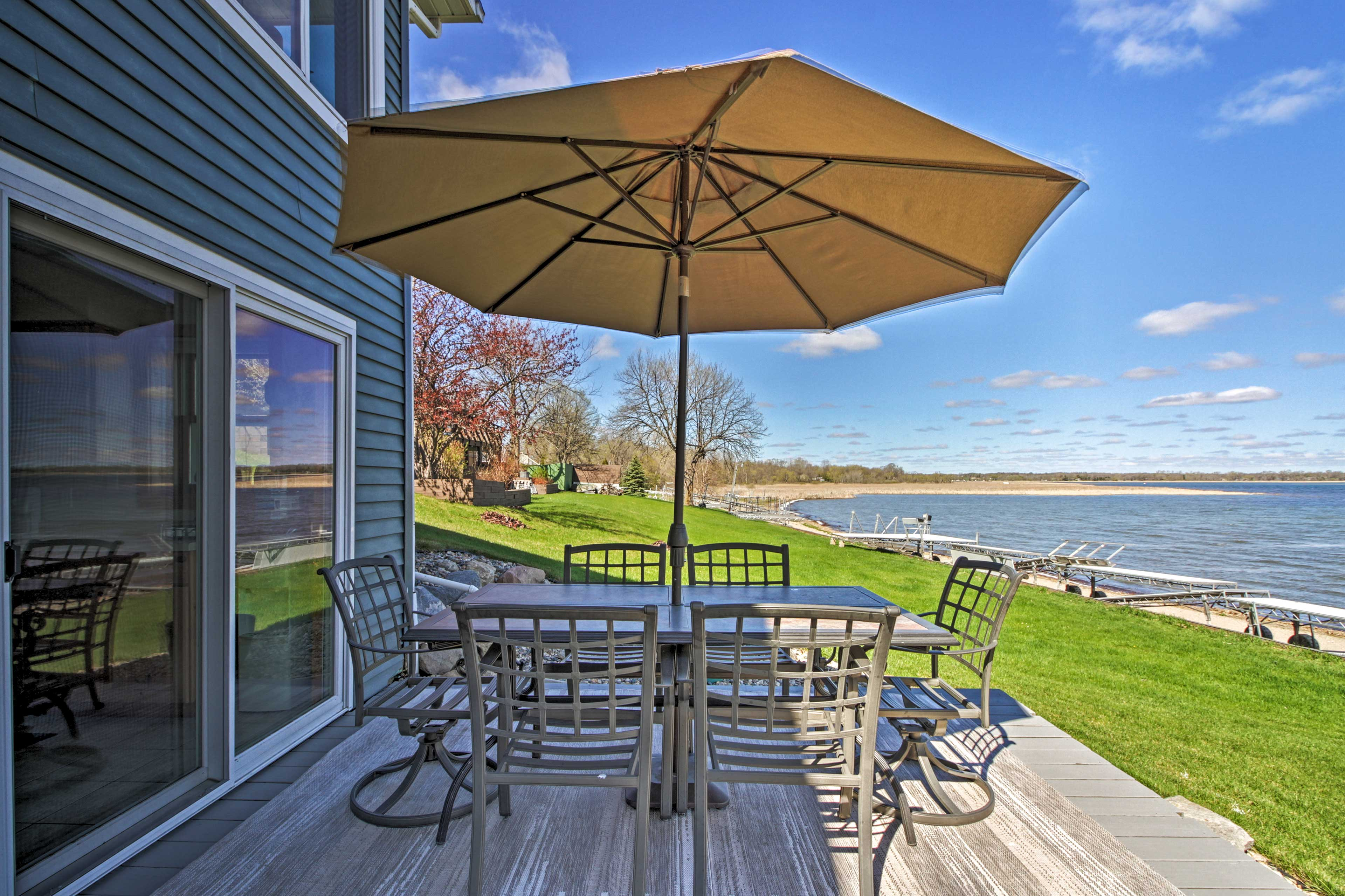 Home Exterior   Dining Area   Fire Pit   Direct Lake Access