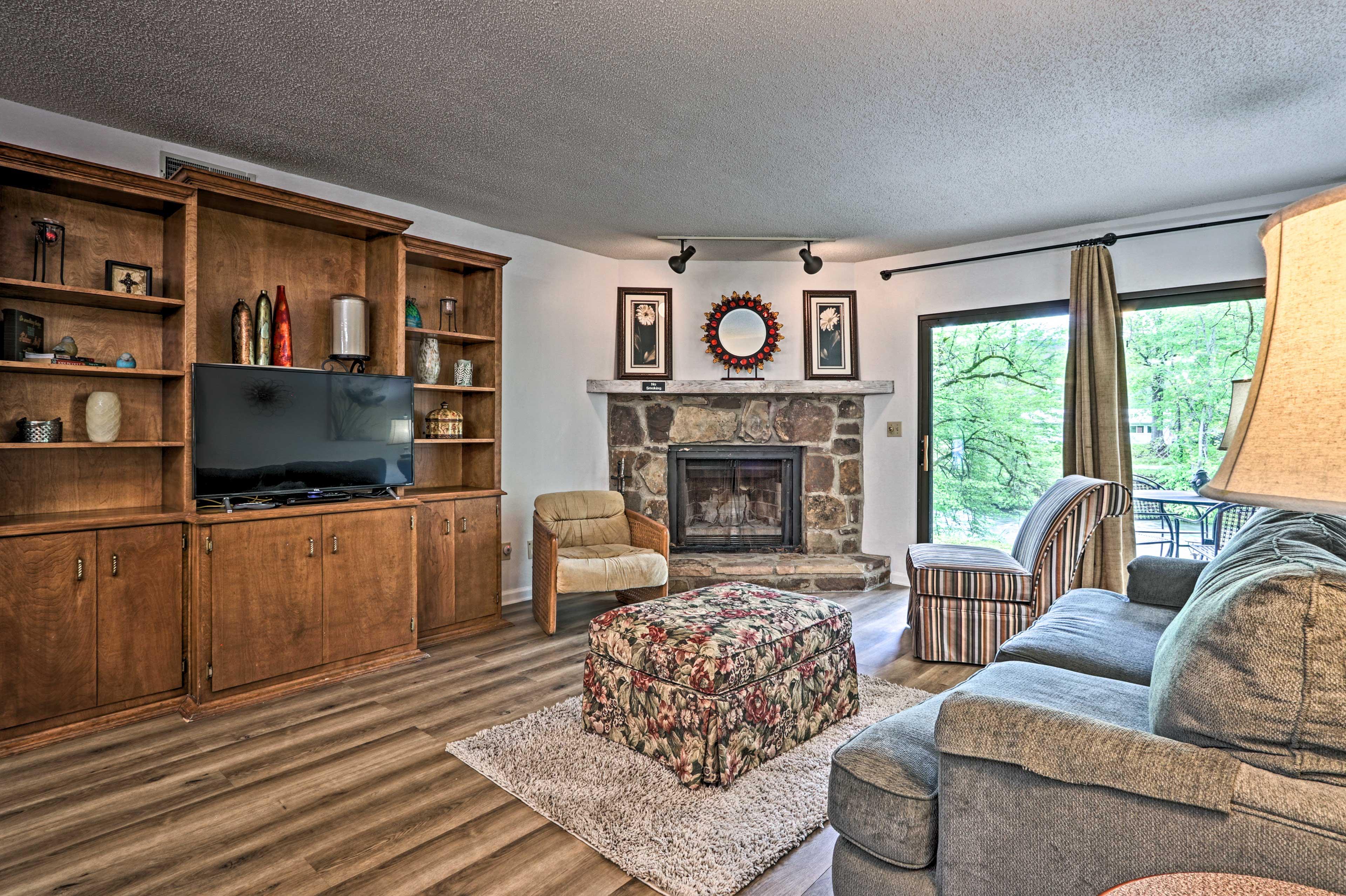 Living Area   Smart TV w/ Roku