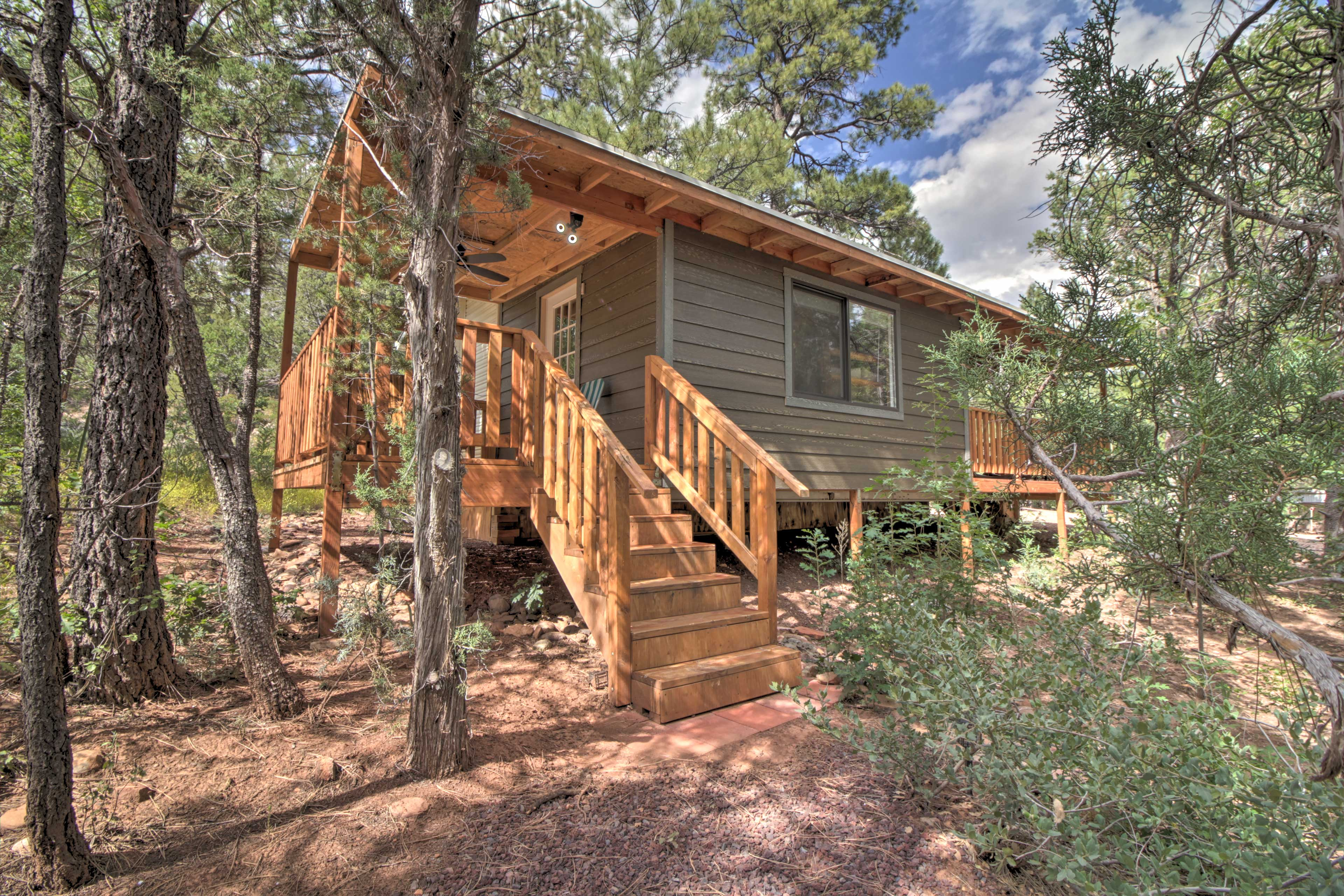 Kick off your Show Low retreat at this charming park model!