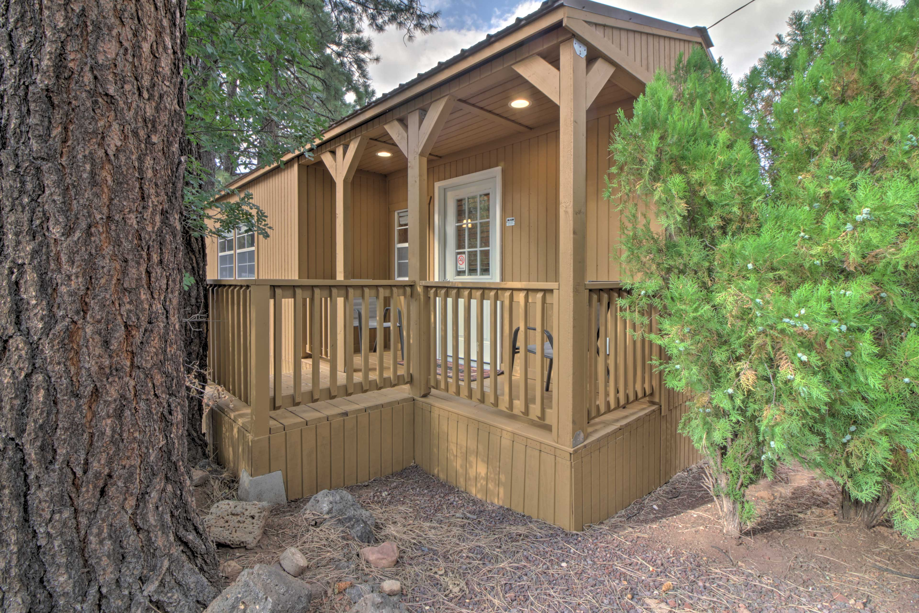 This pet-friendly vacation rental is just 13 miles from the Hon-Dah Casino.