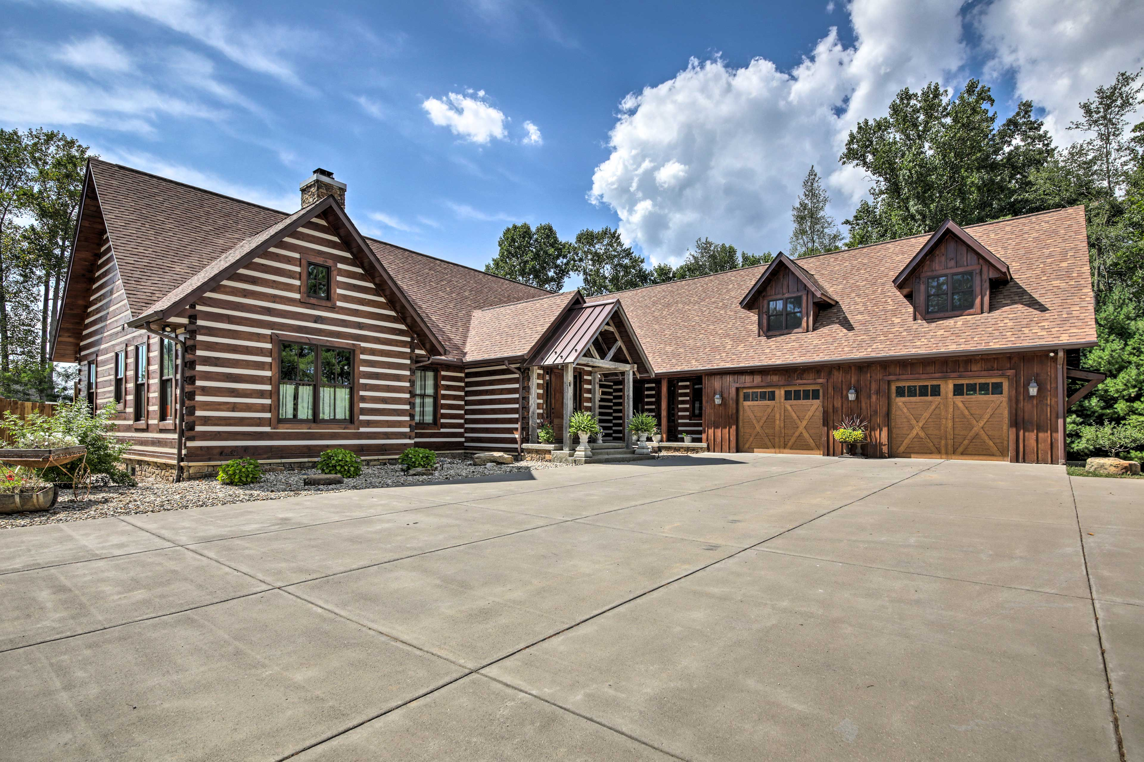 This vacation rental for 4 is just a short drive from campus and Lake Monroe.