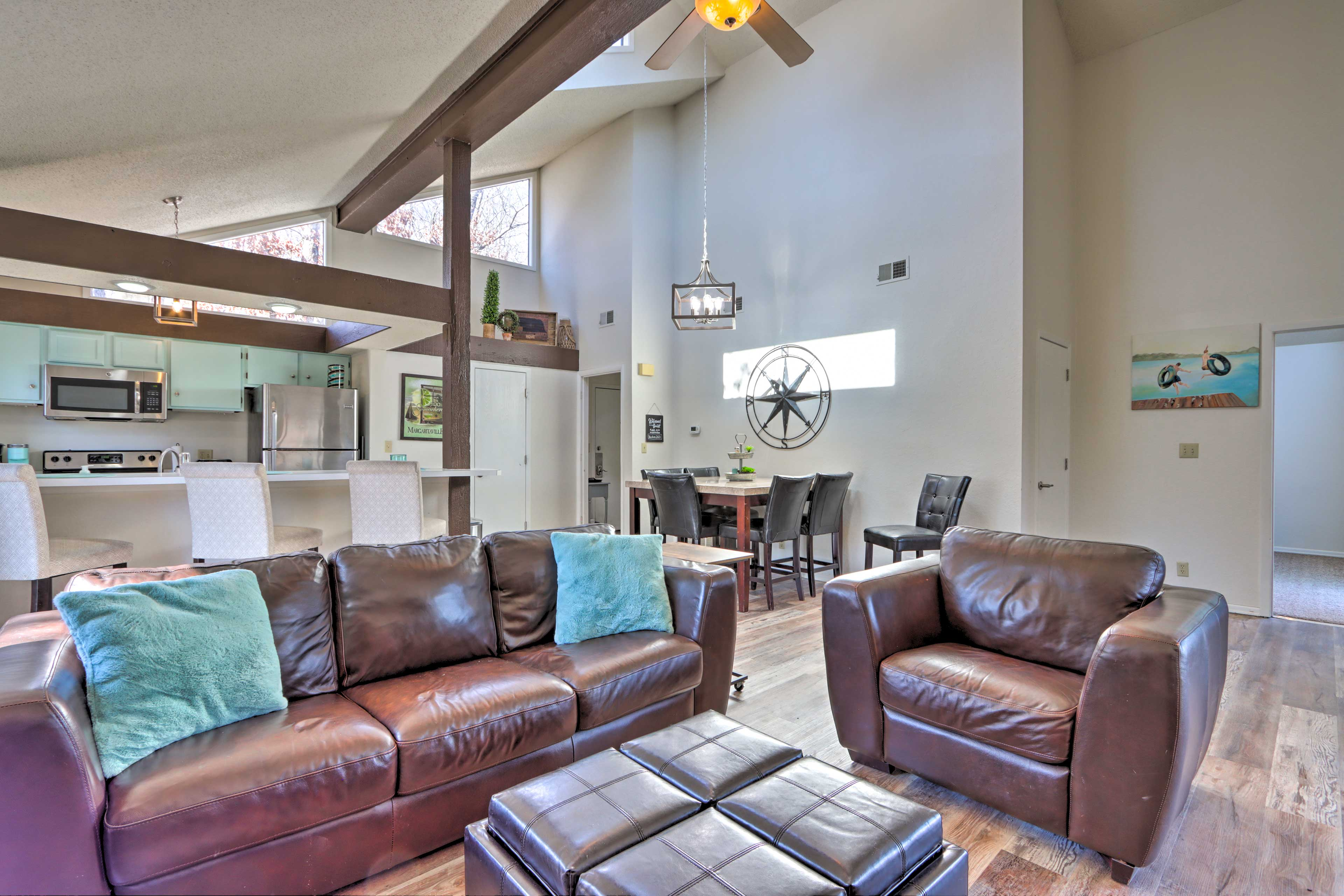 Living Room   Free WiFi   Updated Furnishings