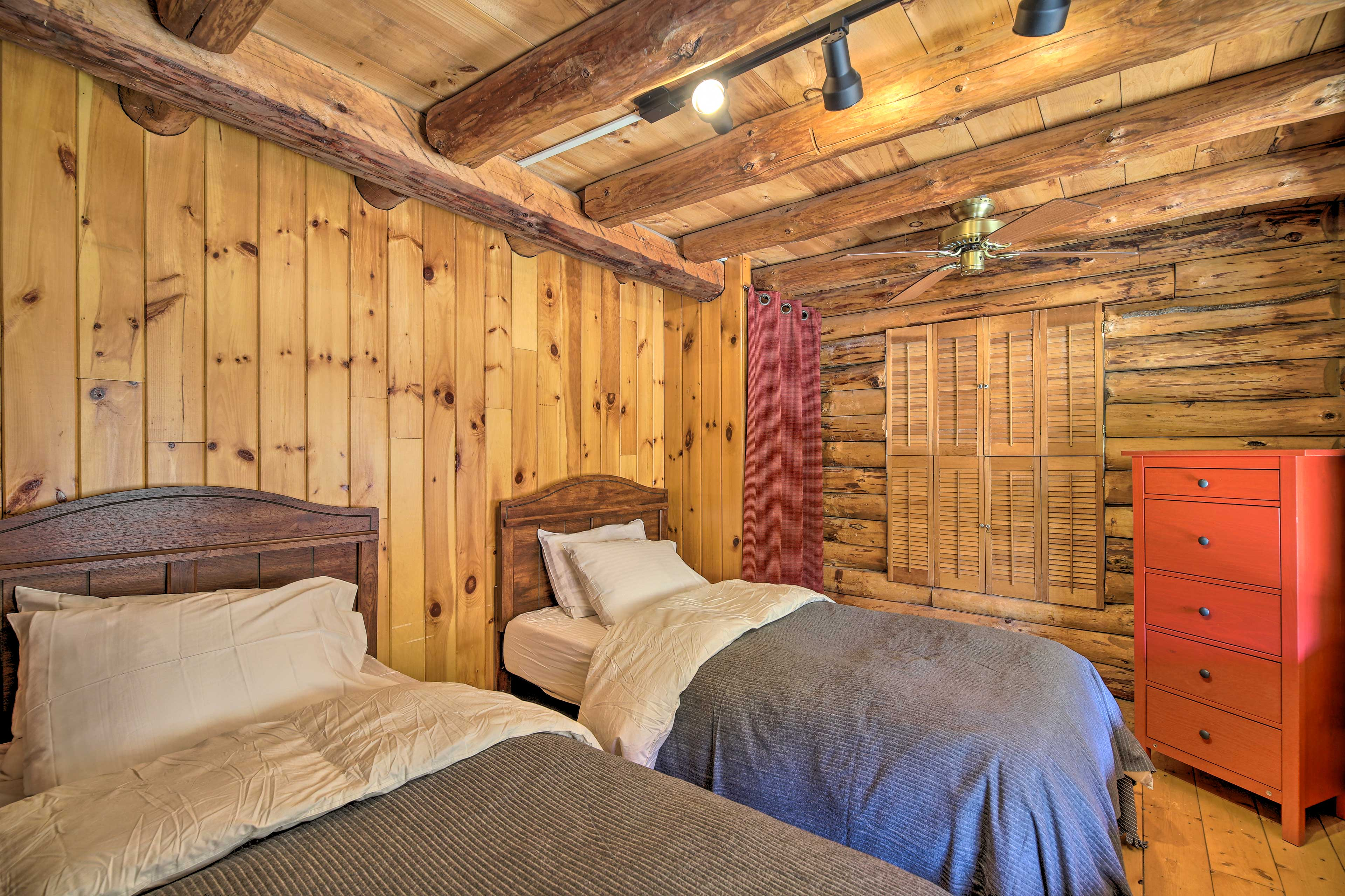 This room features 2 twin beds.