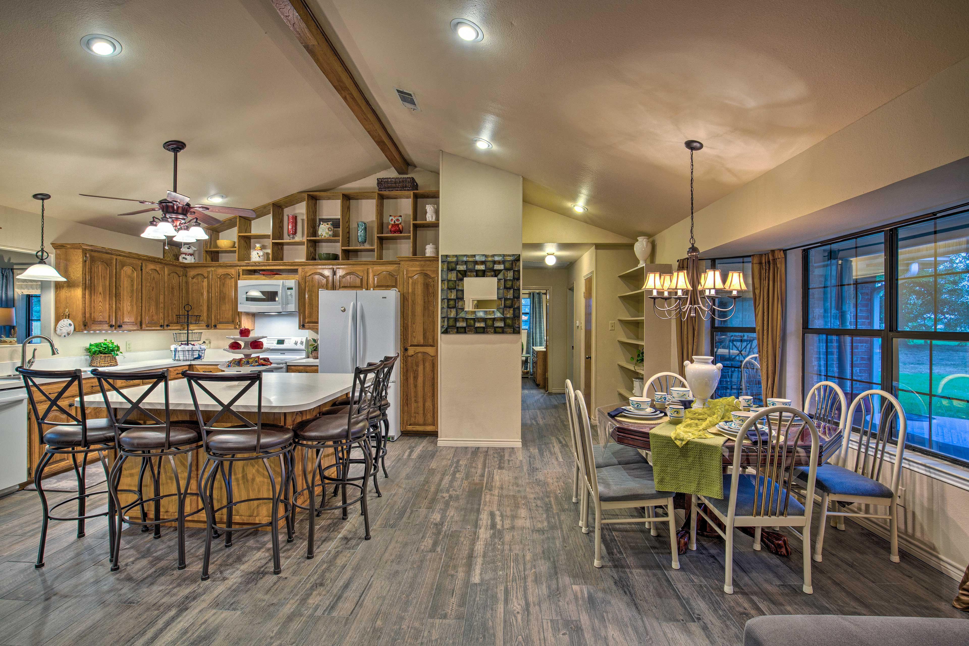 Choose from a seat at the dining table or breakfast bar!