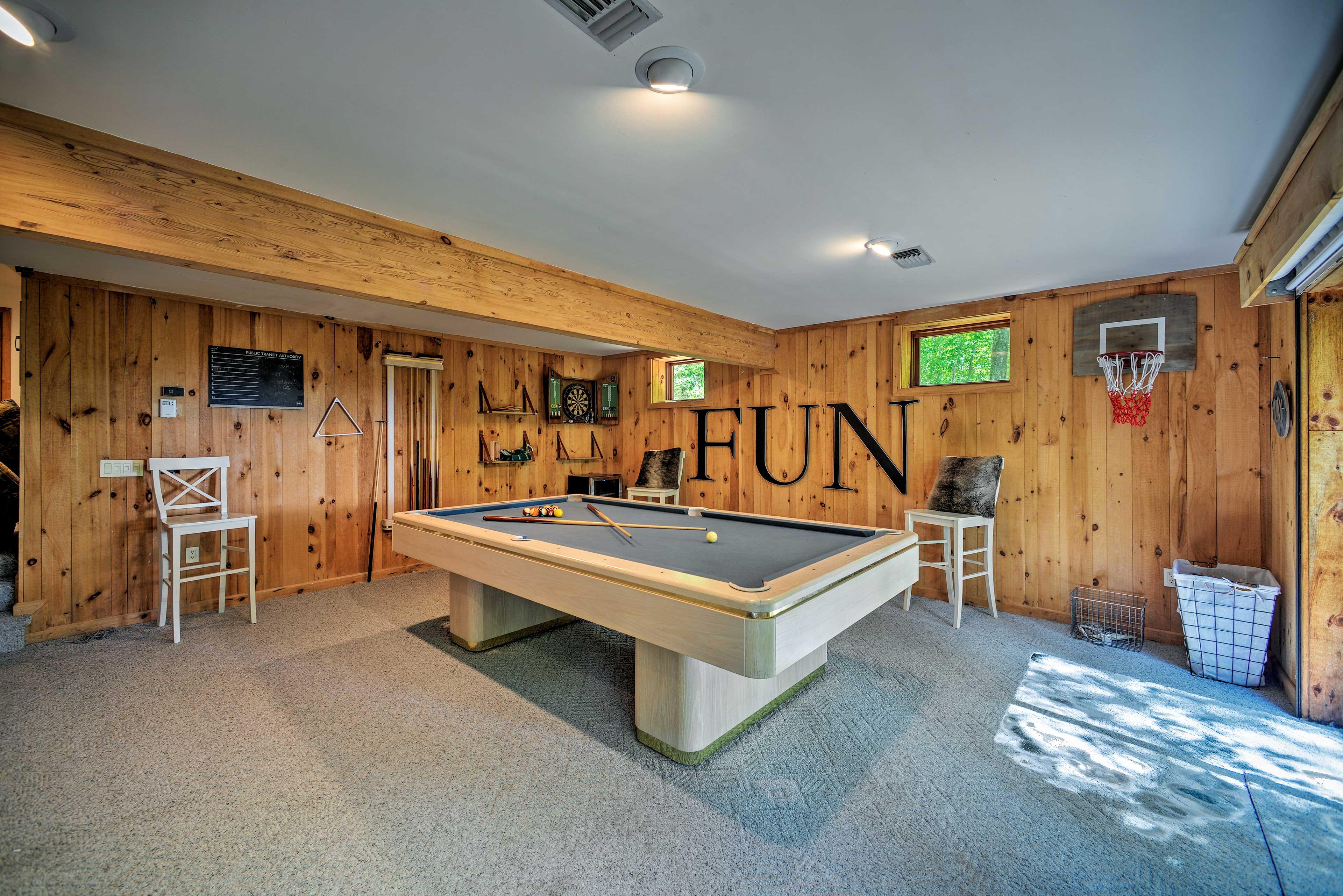 Game Room | Pool Table | Darts | Mini Basketball Hoop