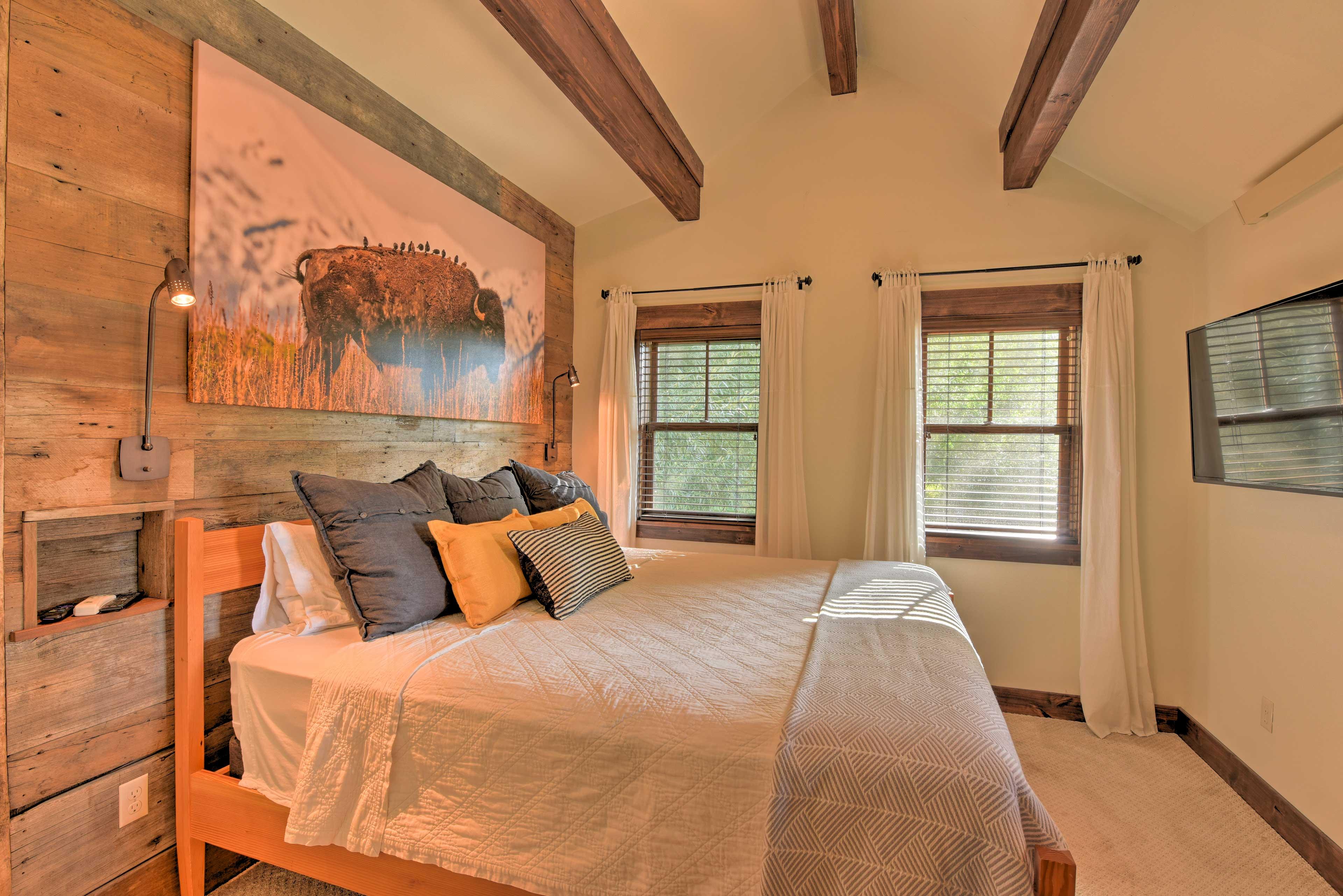 Master Bedroom | Smart TV | King Bed