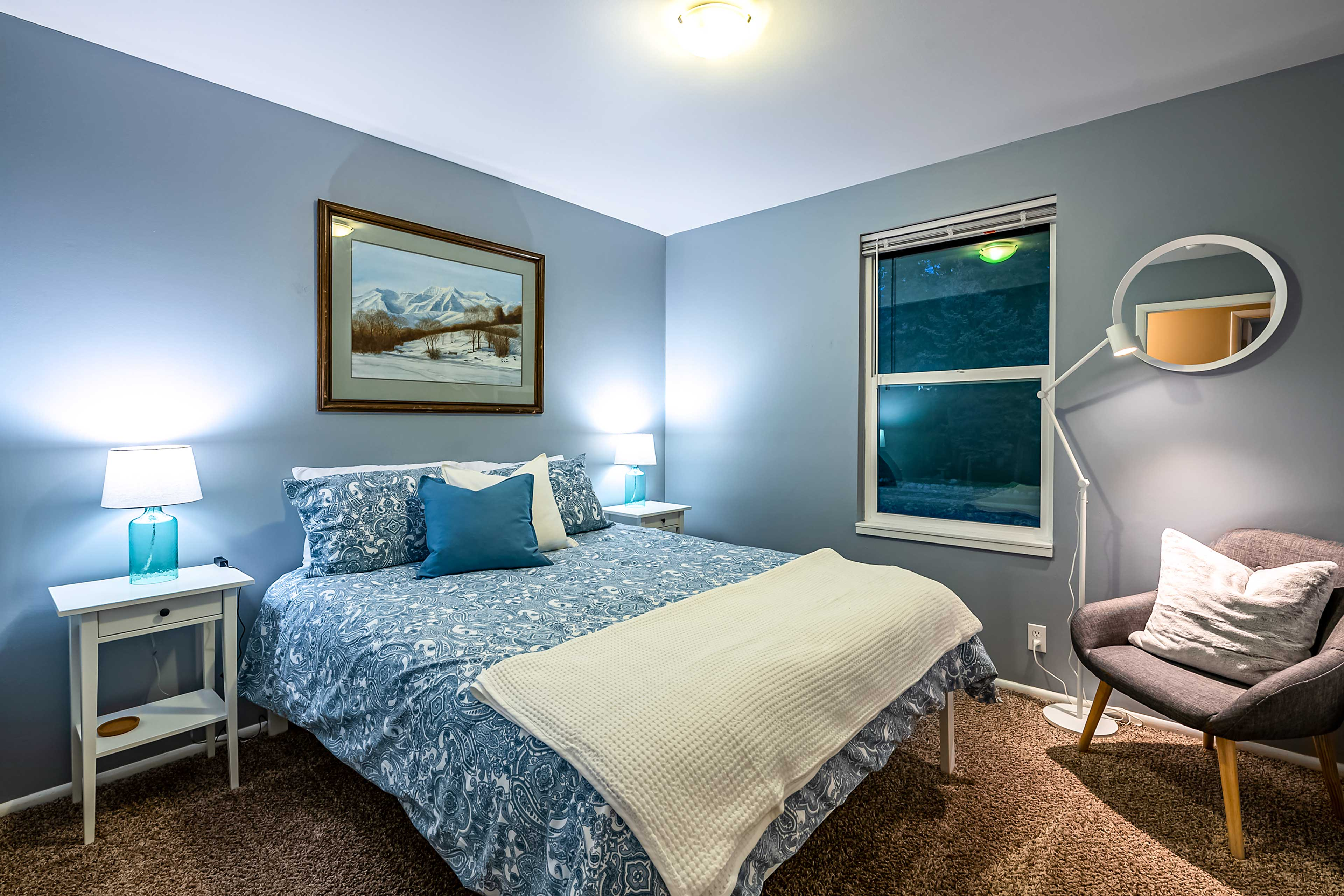 Two guests can fall asleep in this queen bed.