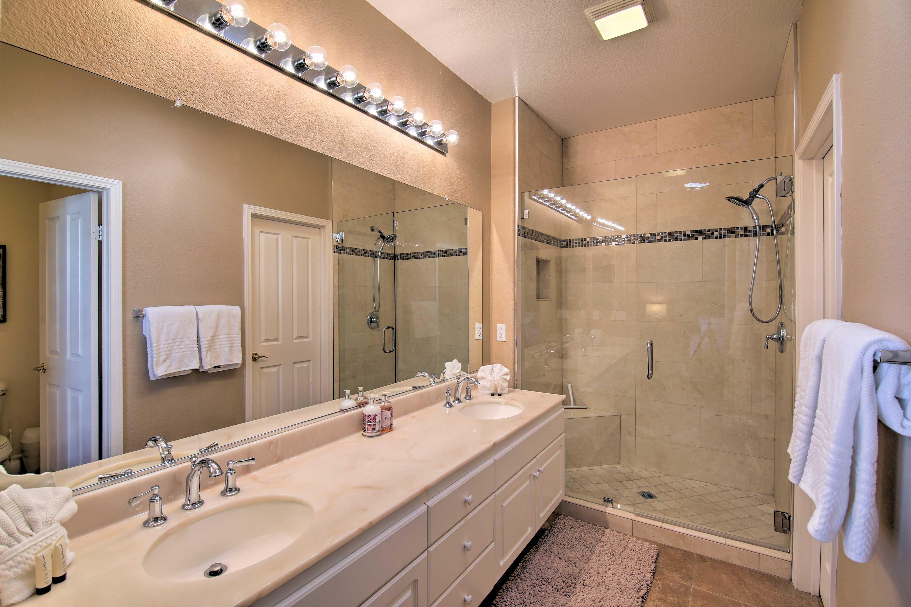 Full Bathroom   Walk-In Shower   Towels Provided