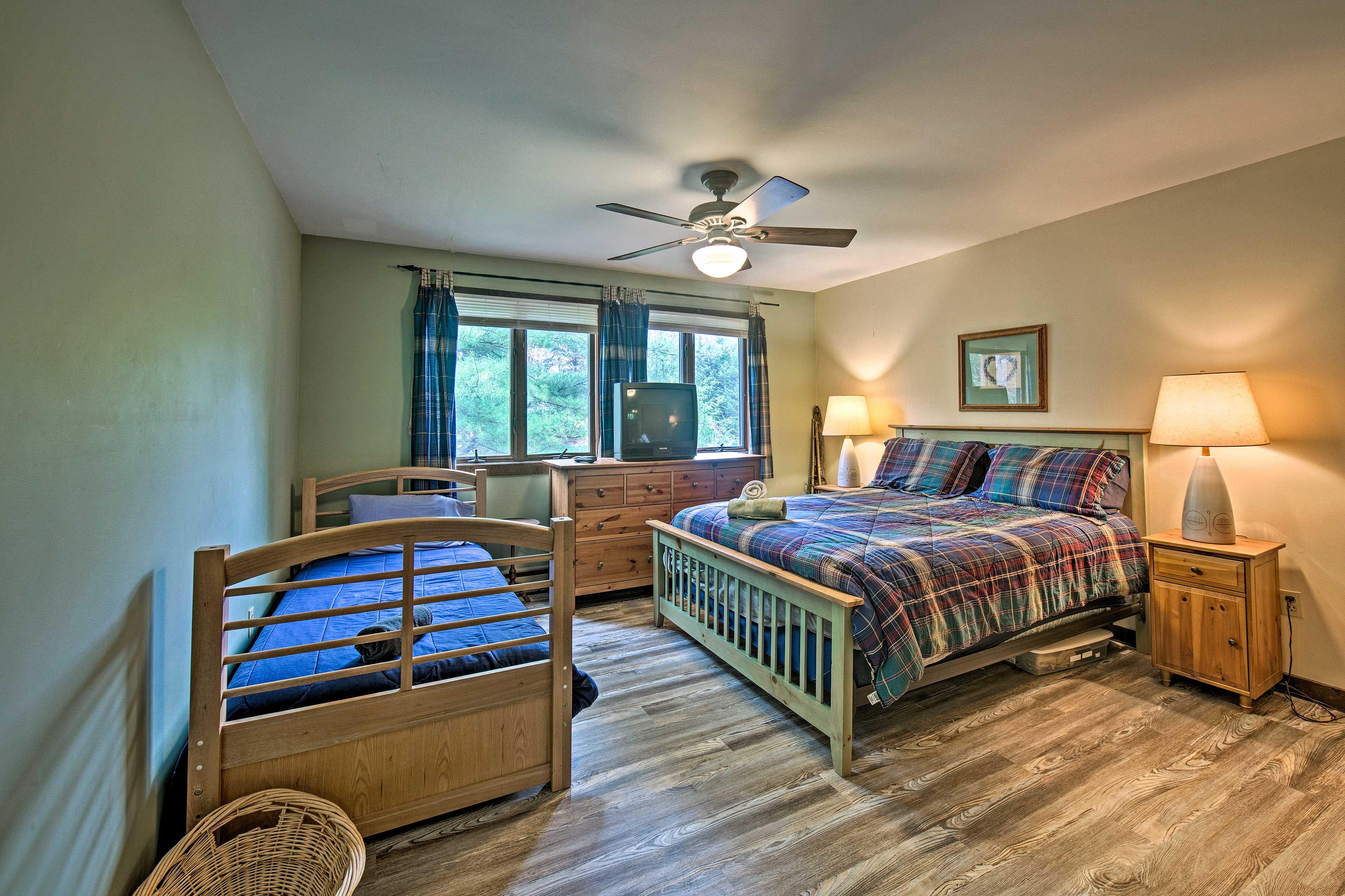 Bedroom 2   Queen Bed   Twin Bed   2nd Floor