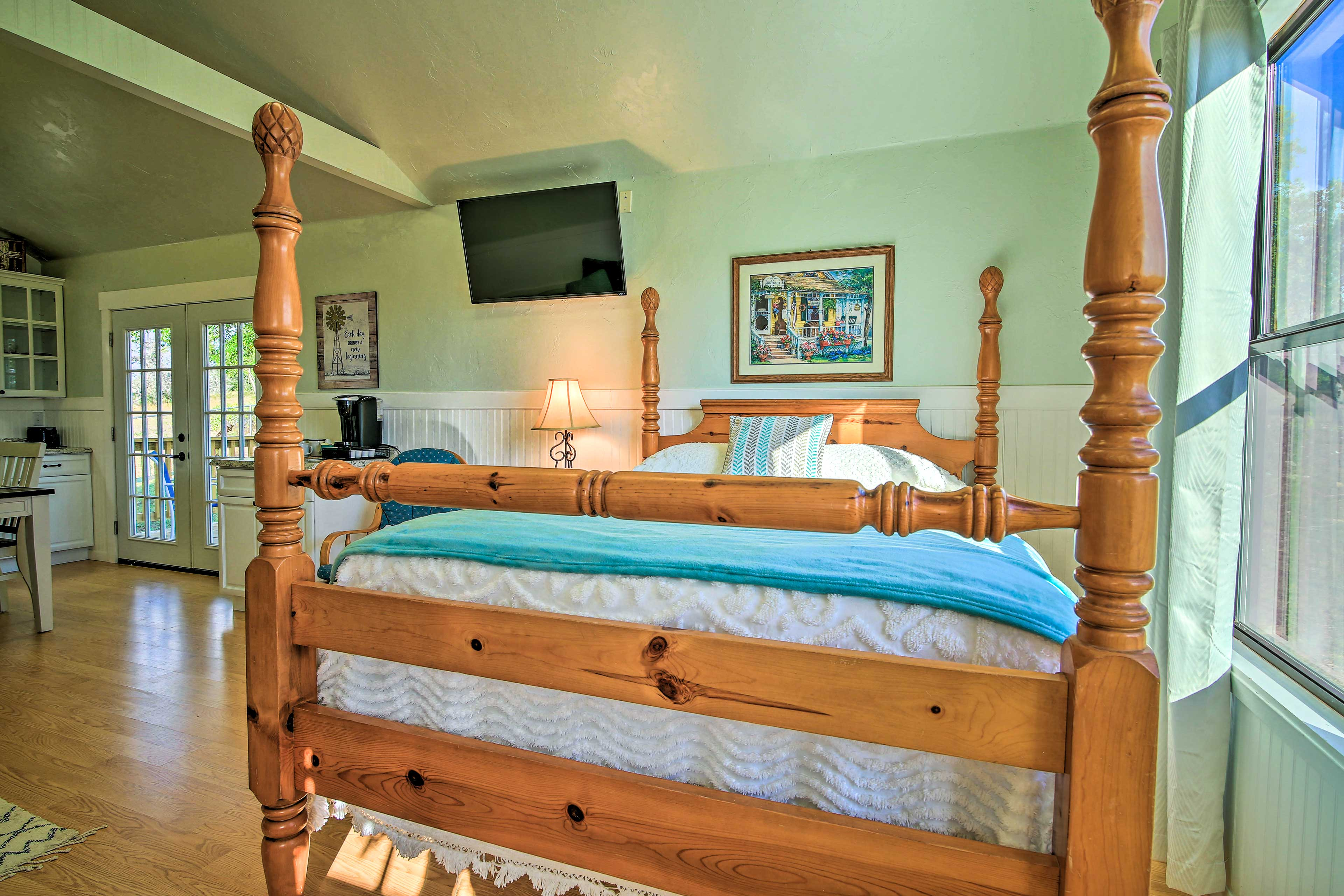 The cabin also offers a queen-sized bed for 2.