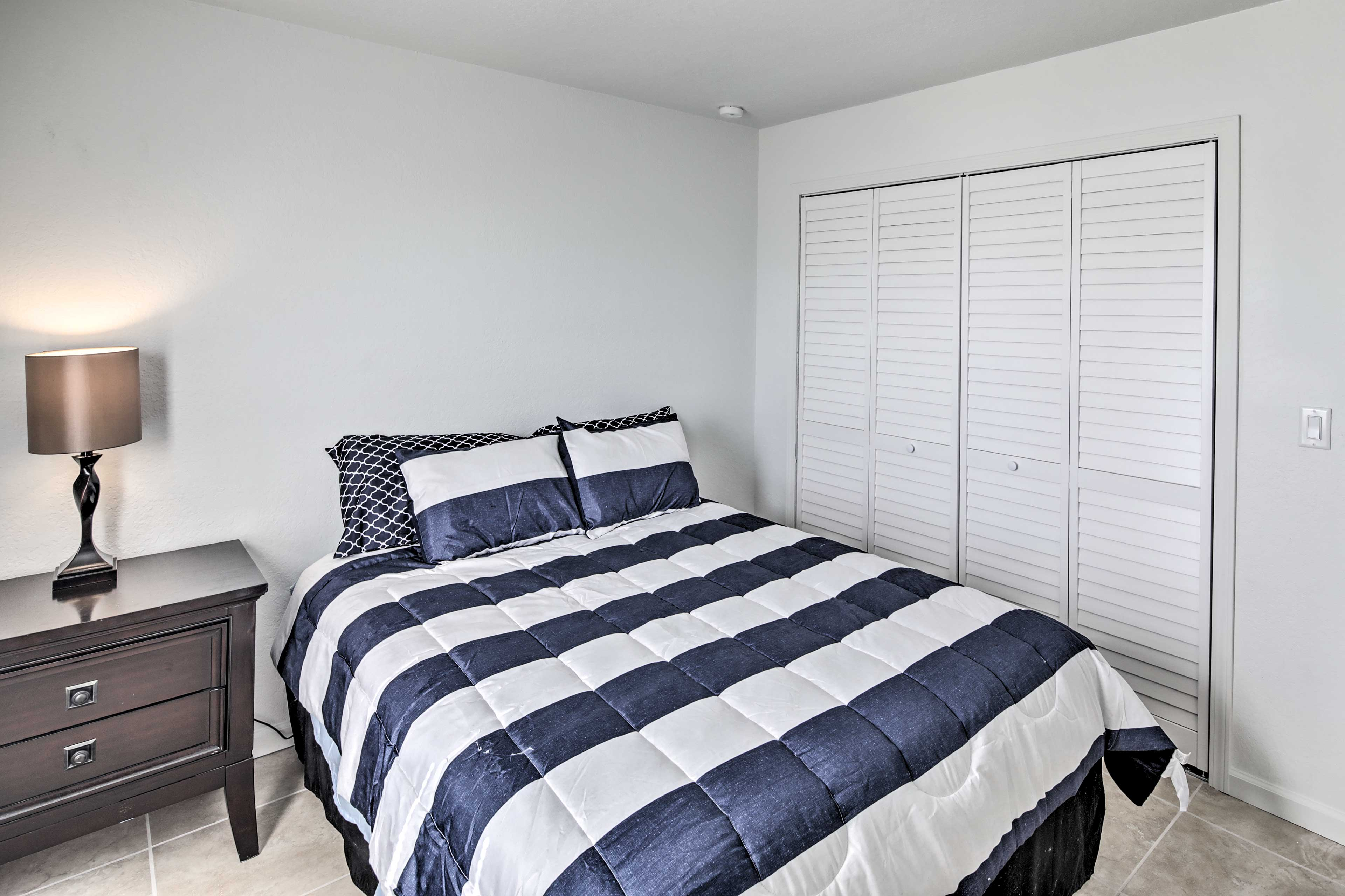 Two guests can sleep in this queen bed.