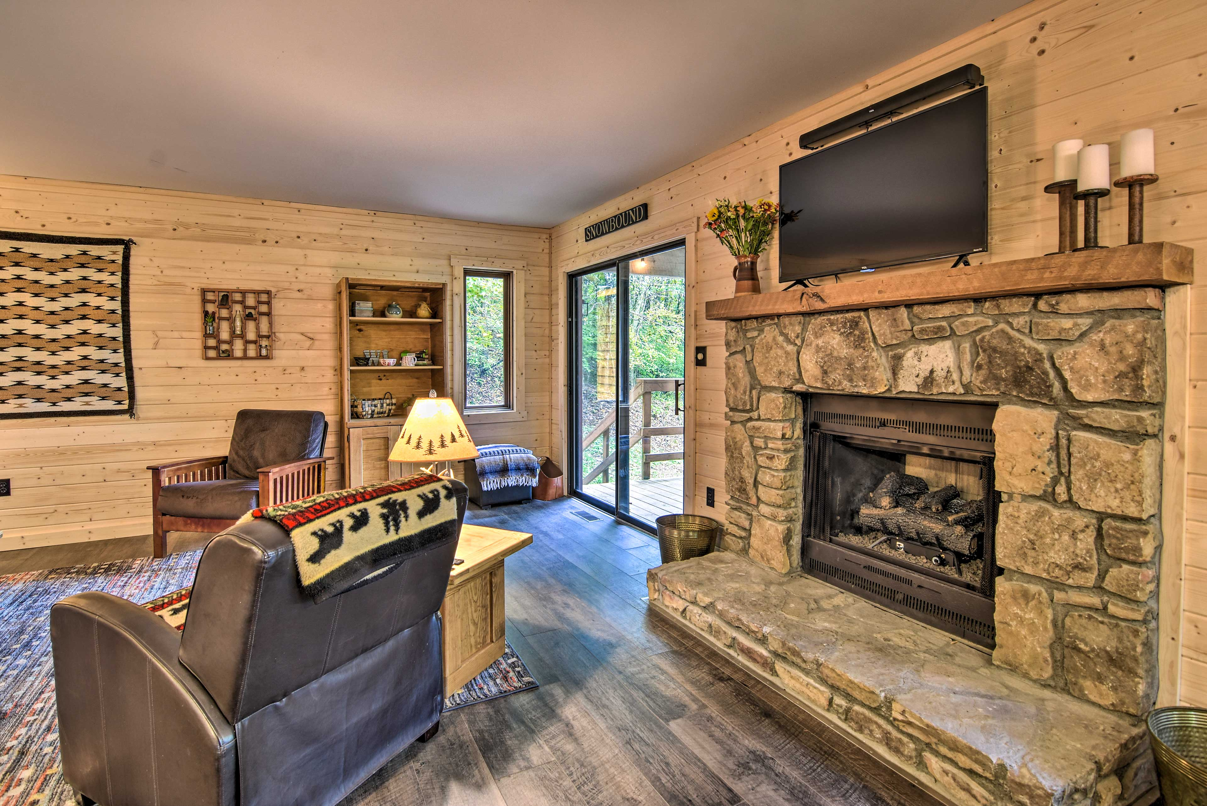 The brand new gas fireplace ensures you'll stay toasty & warm during your stay.