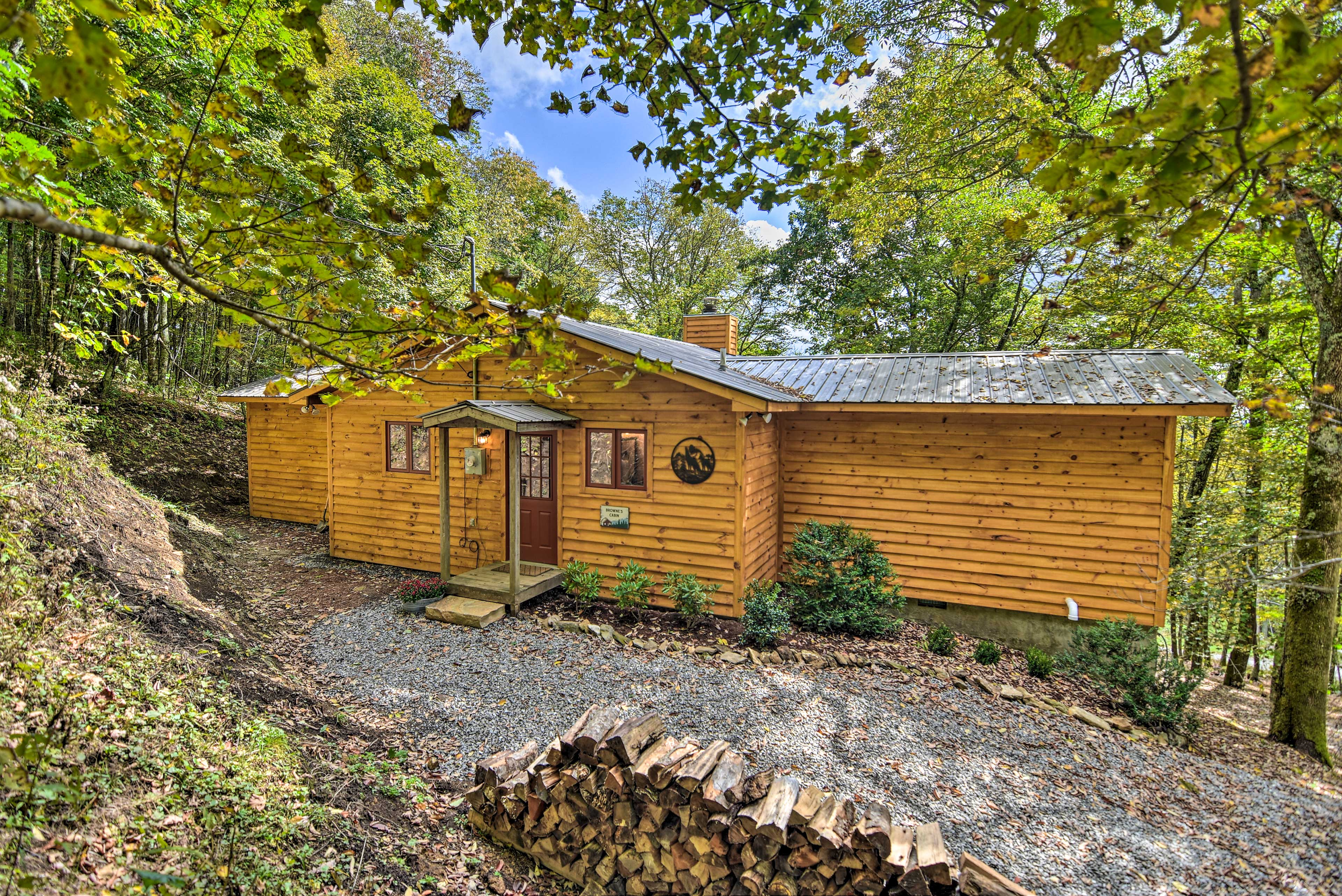 Welcome to 'Browne's Cabin,' a quaint mountaintop home with plenty of charm!