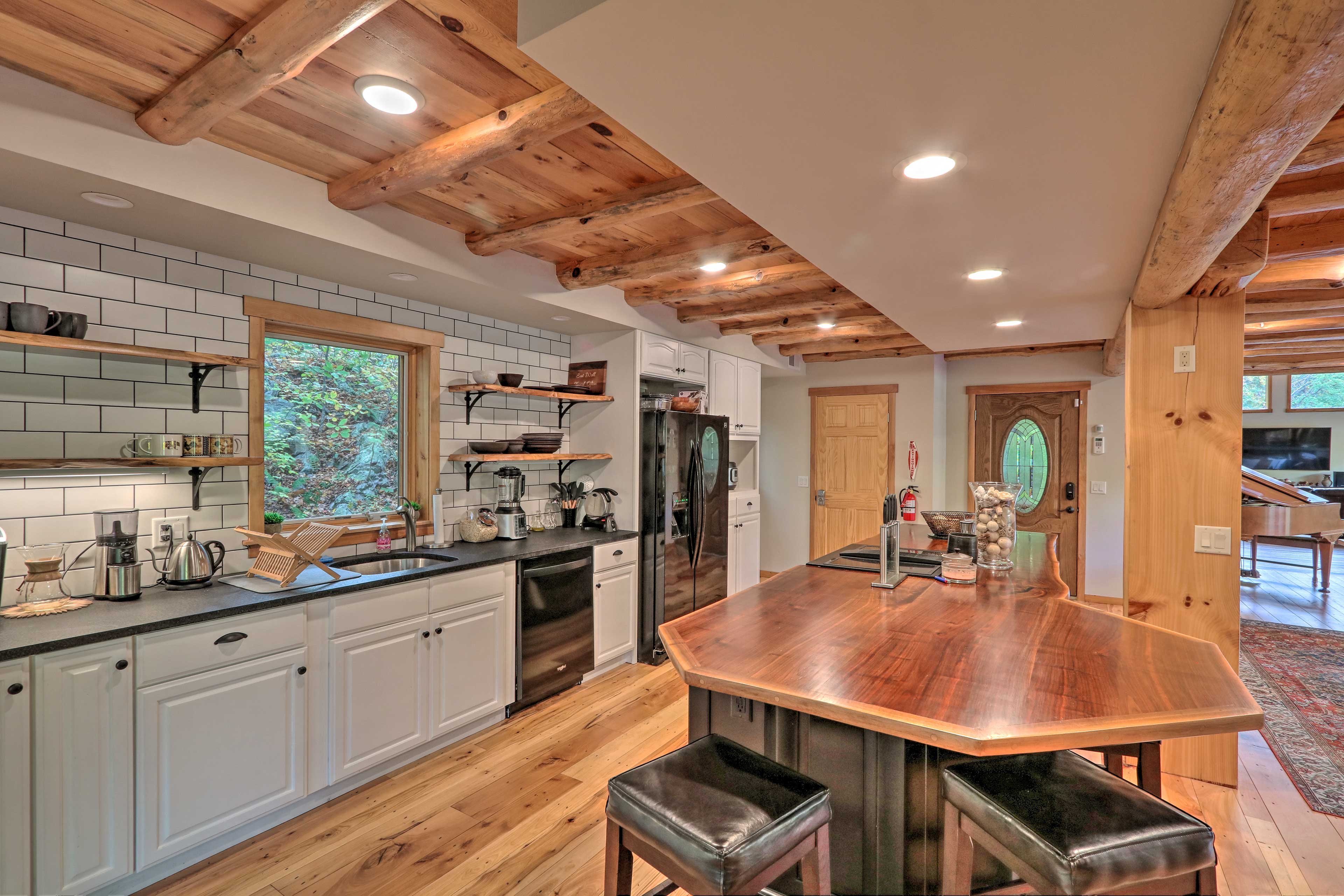 This kitchen comes with everything you could possibly need!