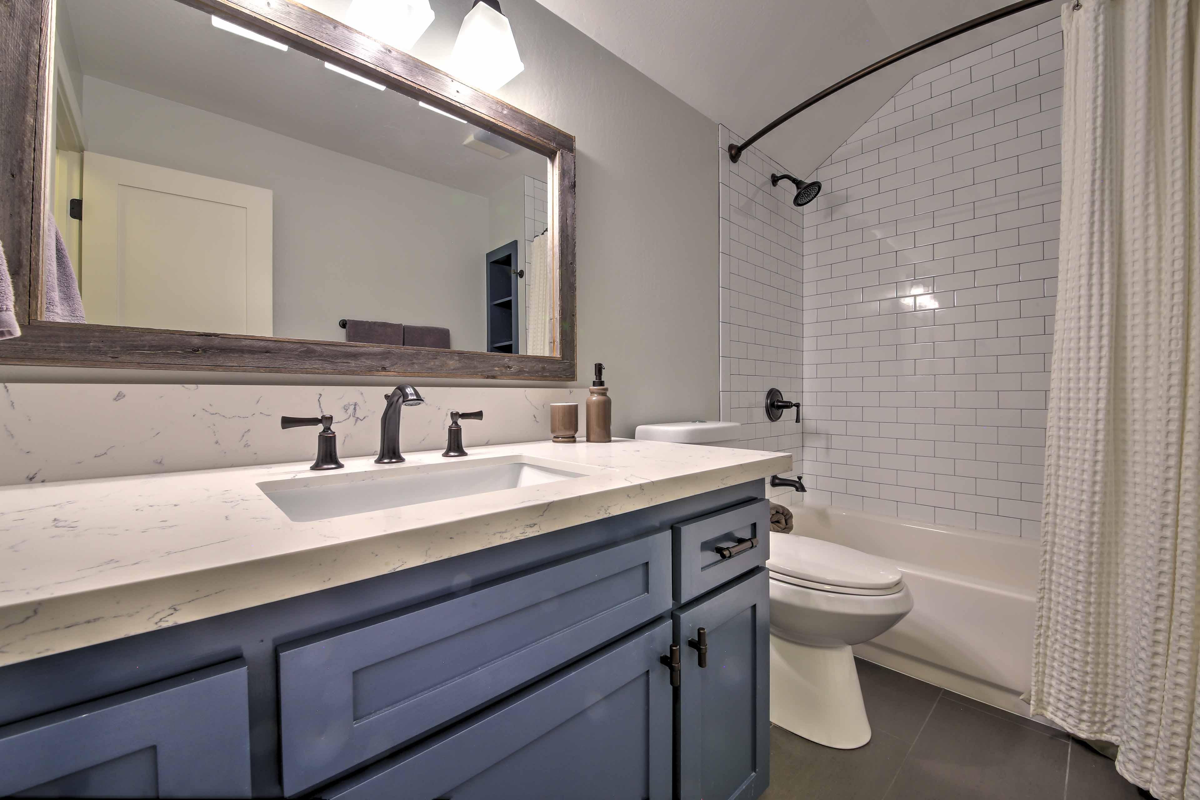 Rinse away the day in the full en-suite bathroom.