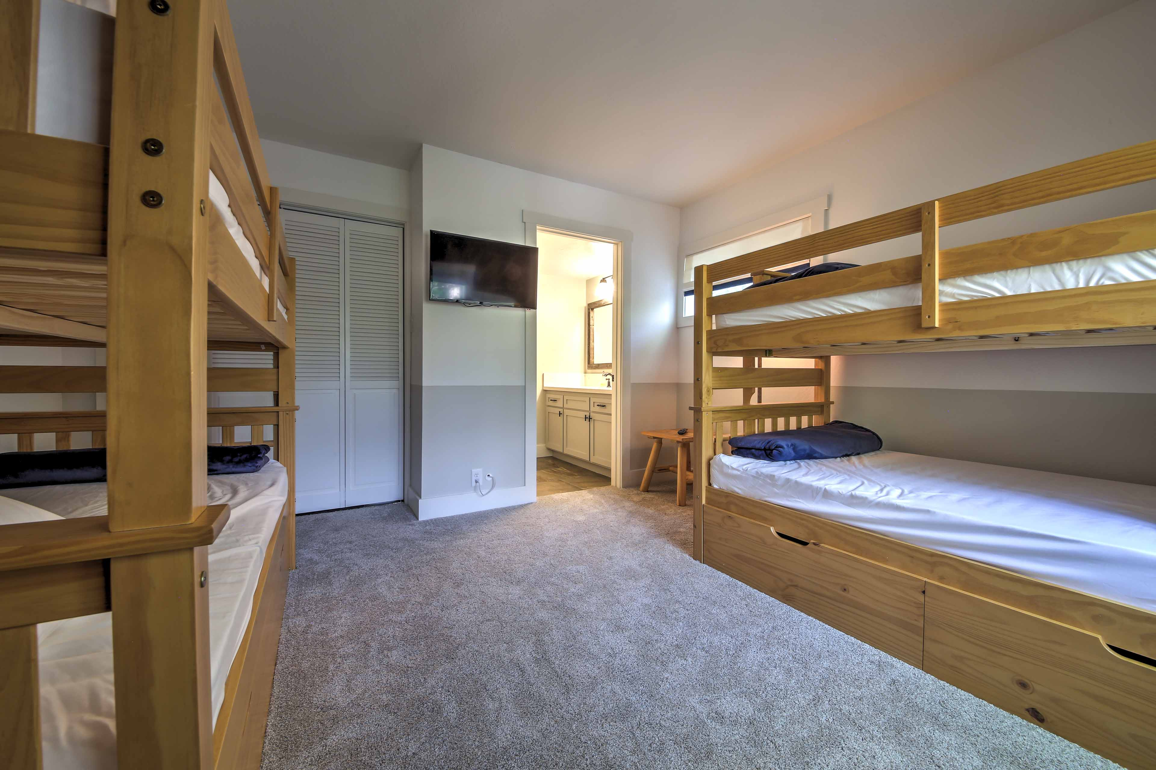 Two guests can sleep in the twin/twin bunk bed (only 1 is available now).