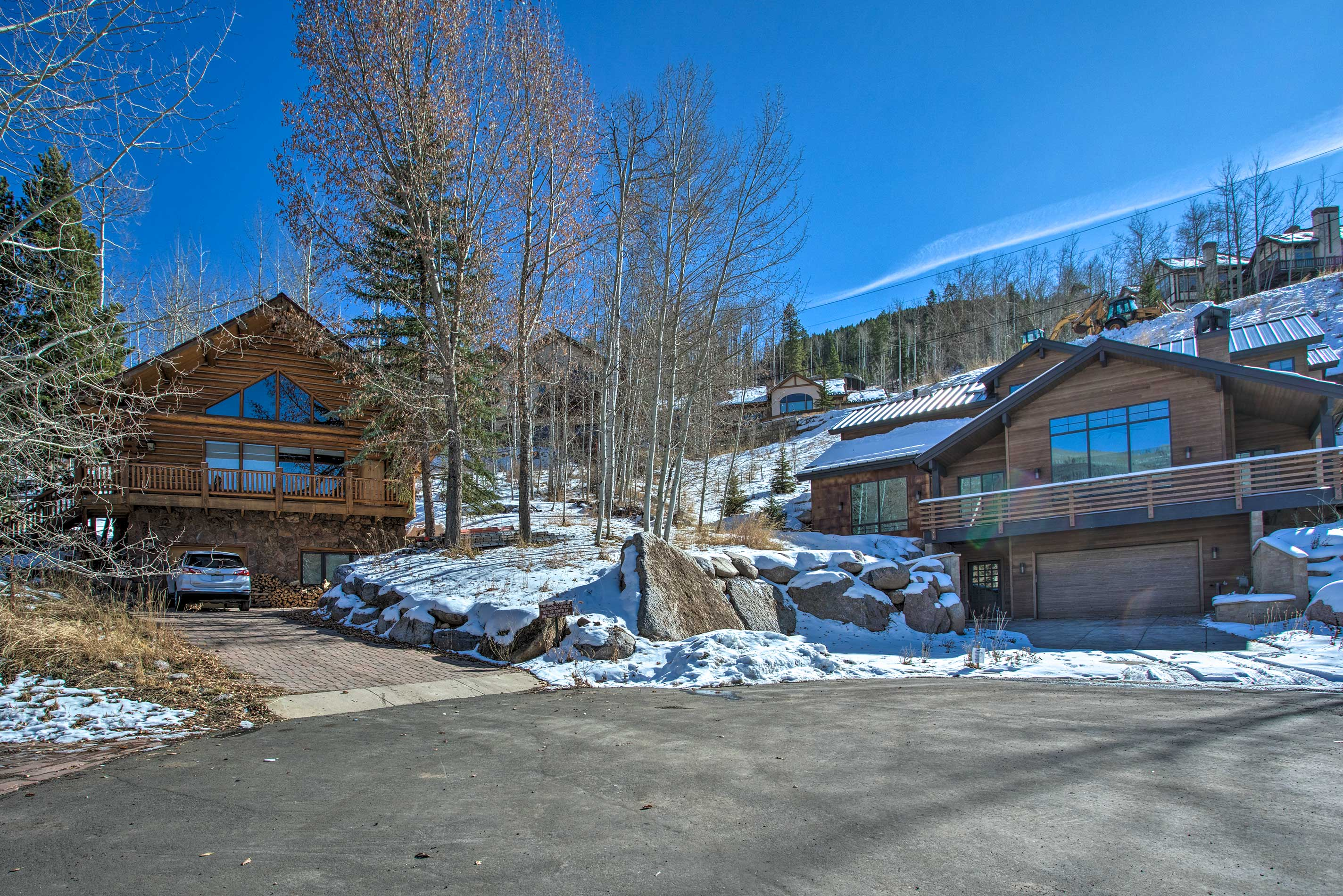 Nestled on a hillside, the apartment is just minutes from the ski lifts!