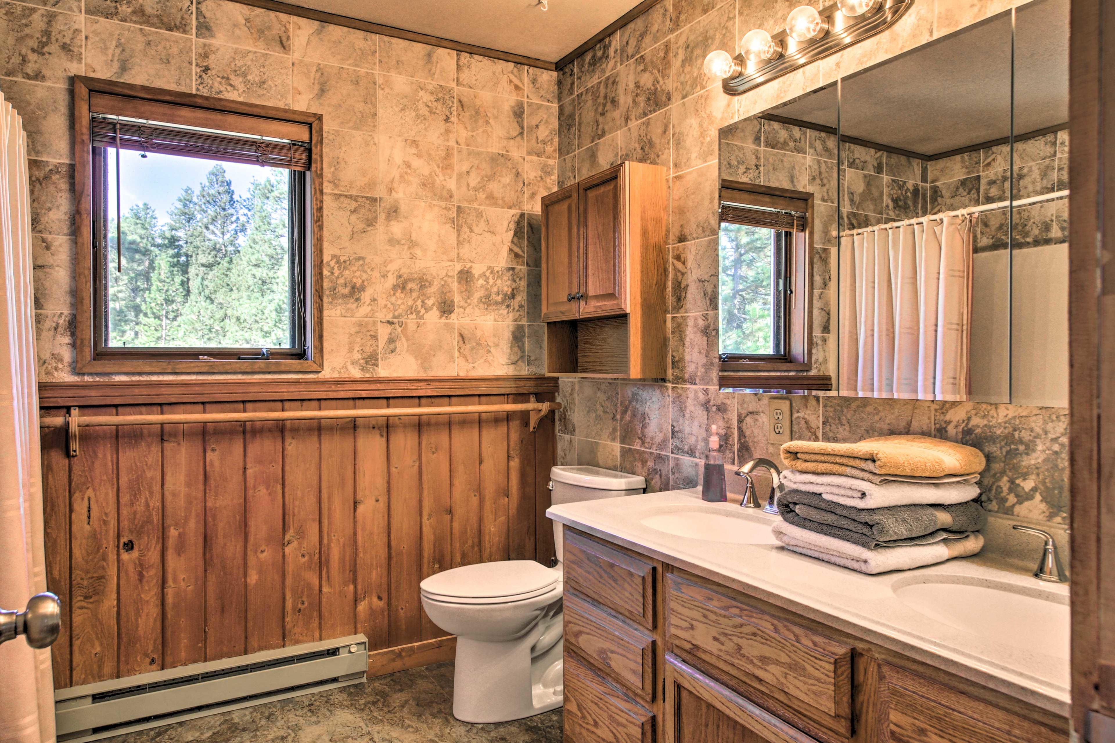 The en-suite includes a shower/tub combo.