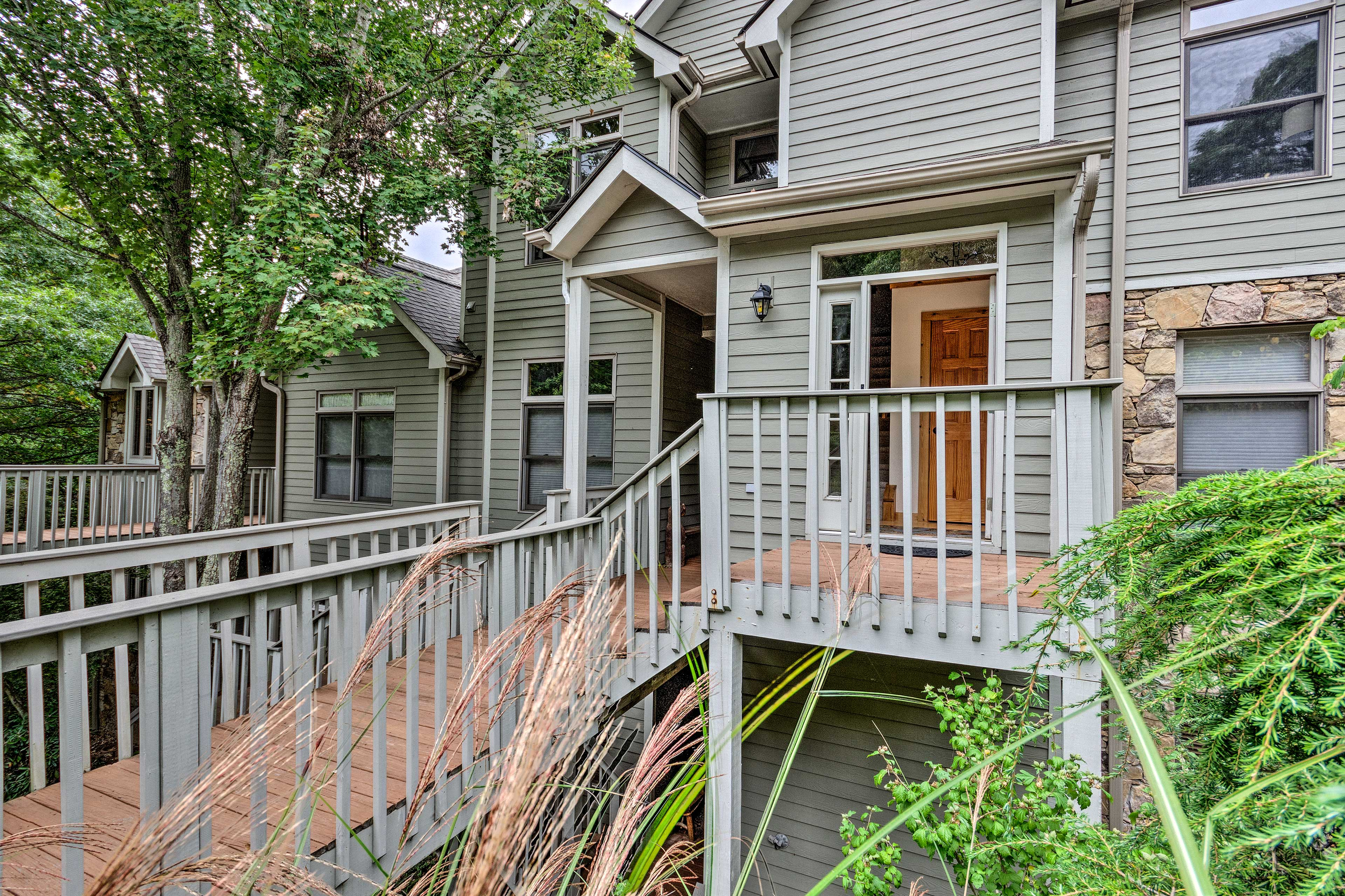 The vacation rental sits less than 7 miles from the Pisgah National Forest!