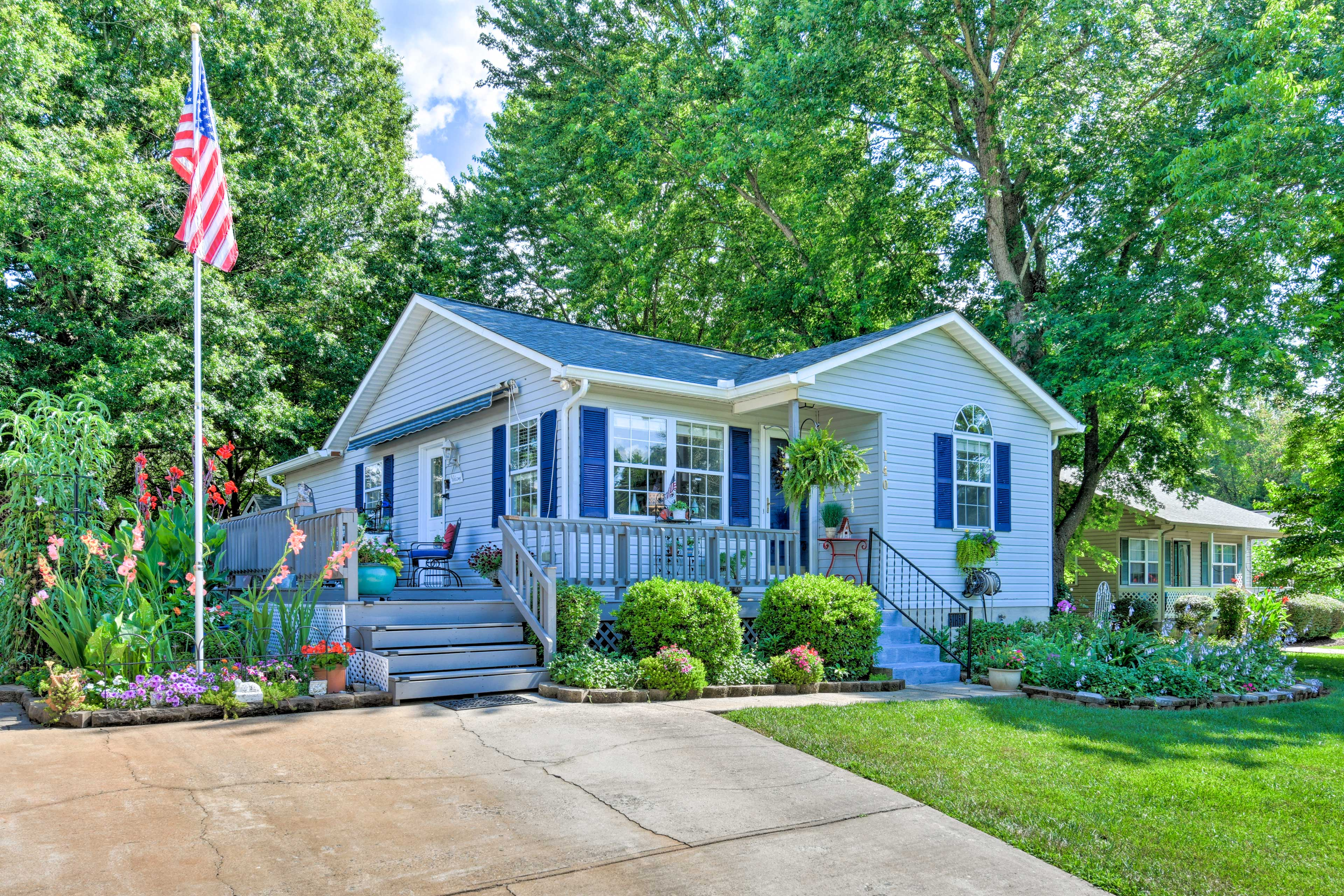 This garden paradise welcomes up to 4 guests with 2 bedrooms & 2 bathrooms.