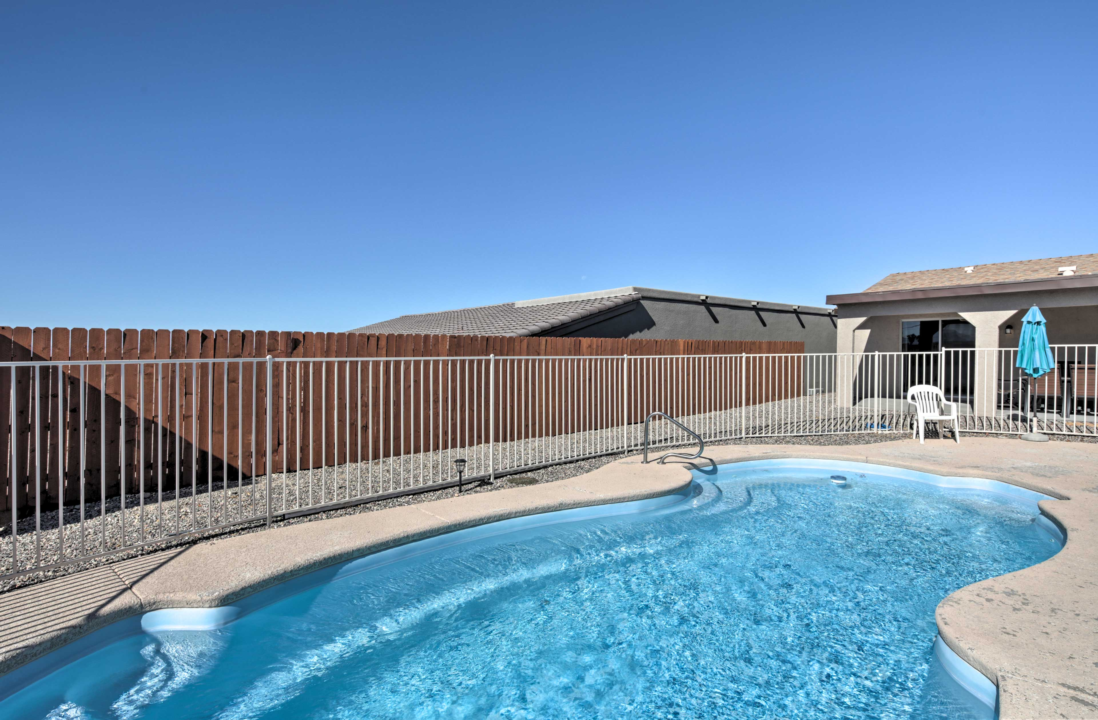 Experience easy access to Lake Havasu & London Bridge from this vacation rental!