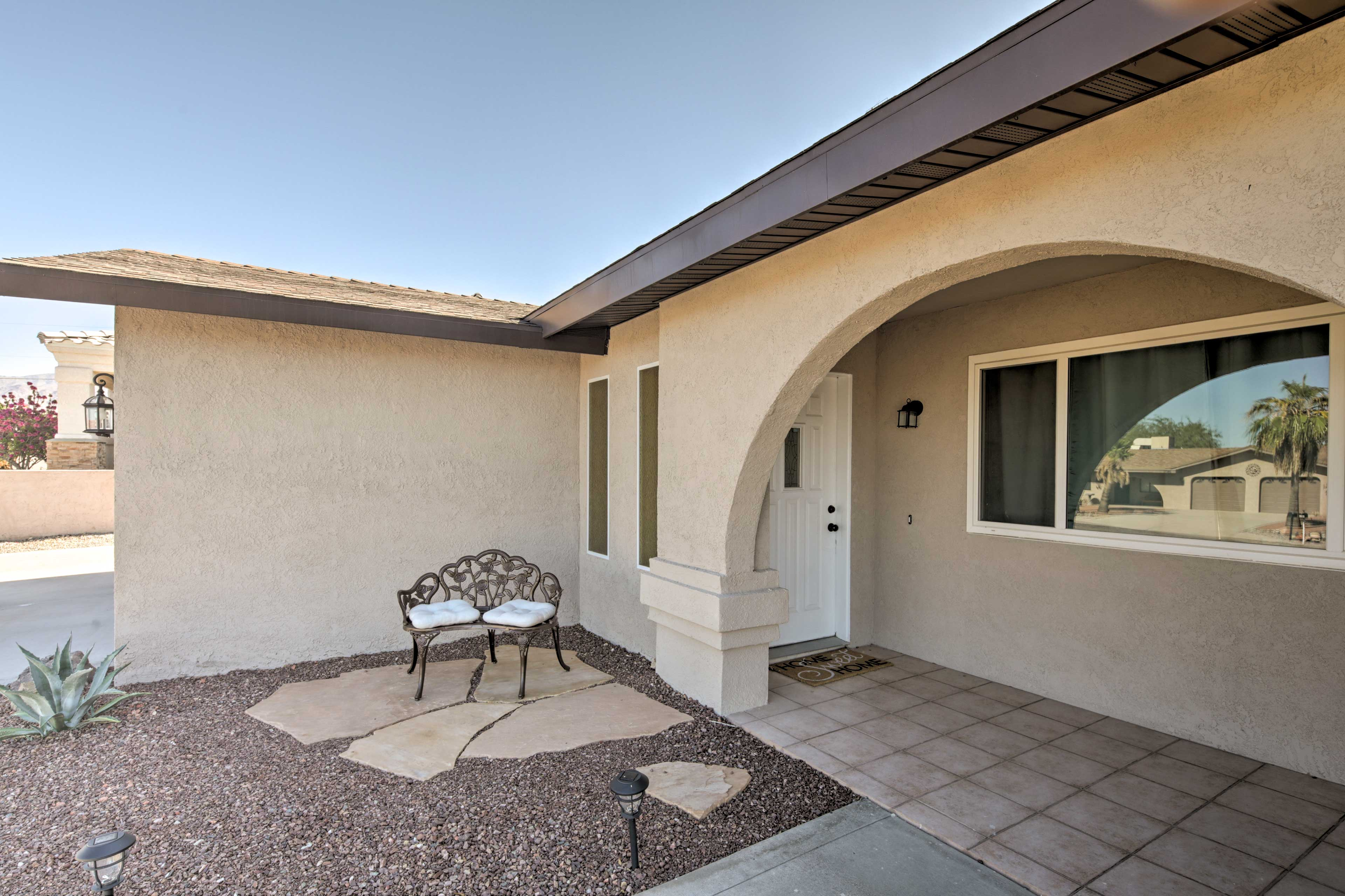 Take it easy on the front patio as you admire the view of Lake Havasu!