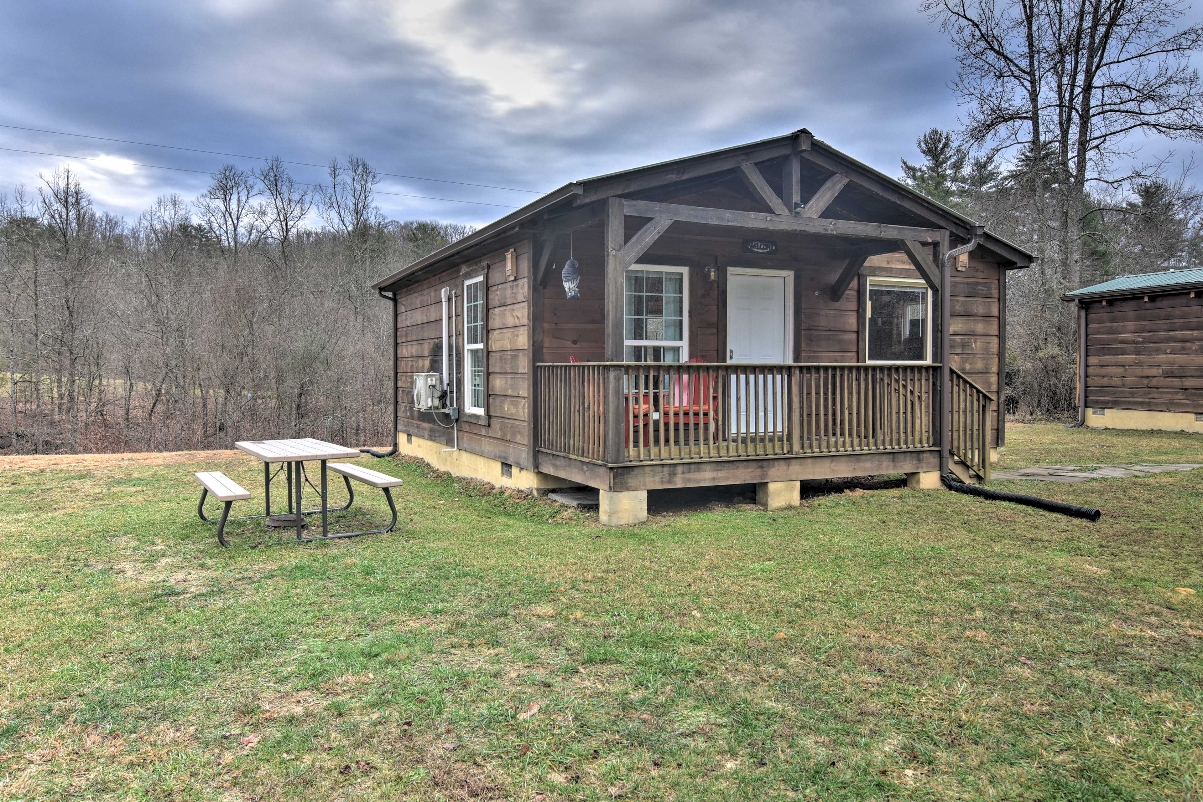 The cabin features 2 bedrooms and 1 bathroom.