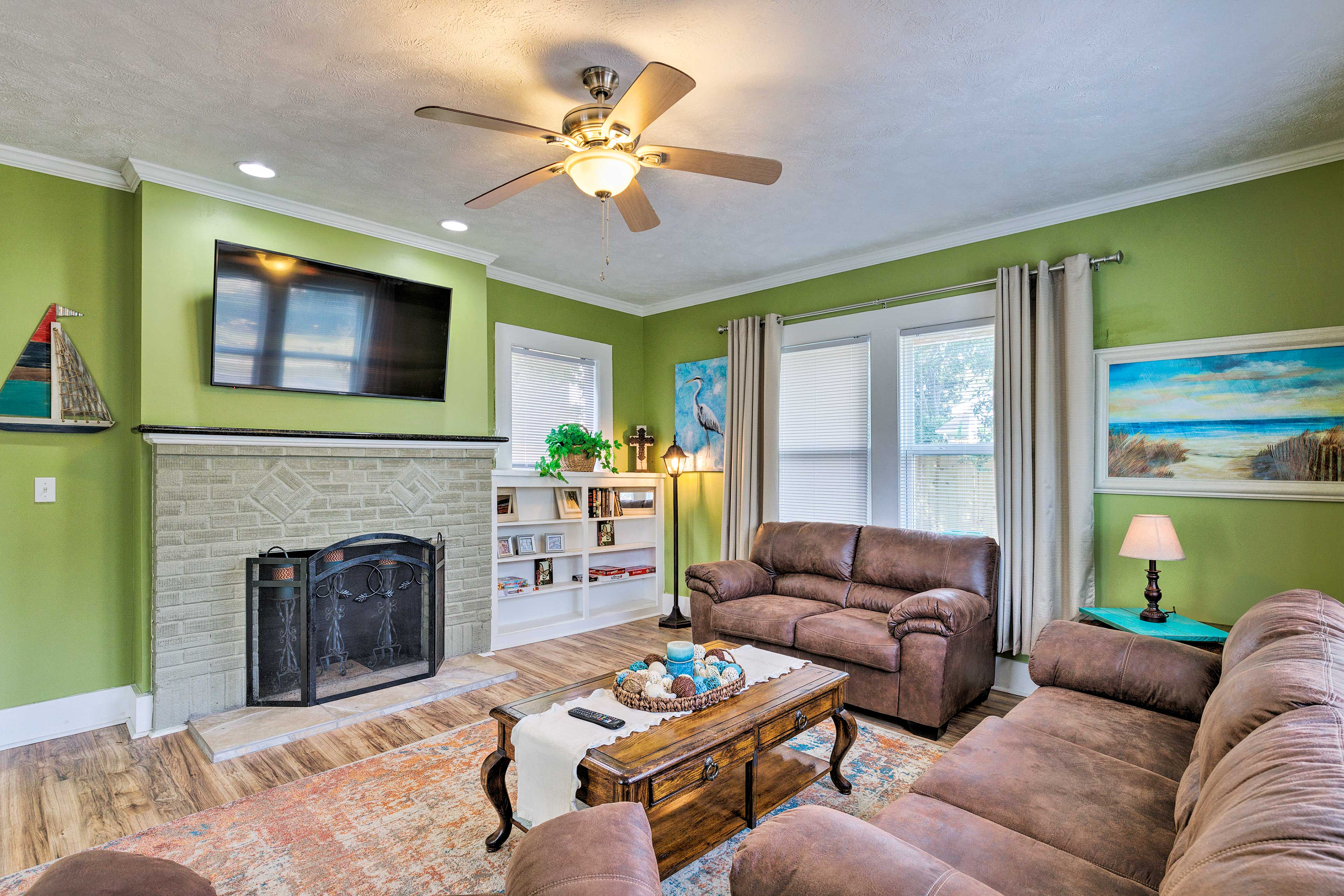 Living Room   Free WiFi   Decorative Fireplace