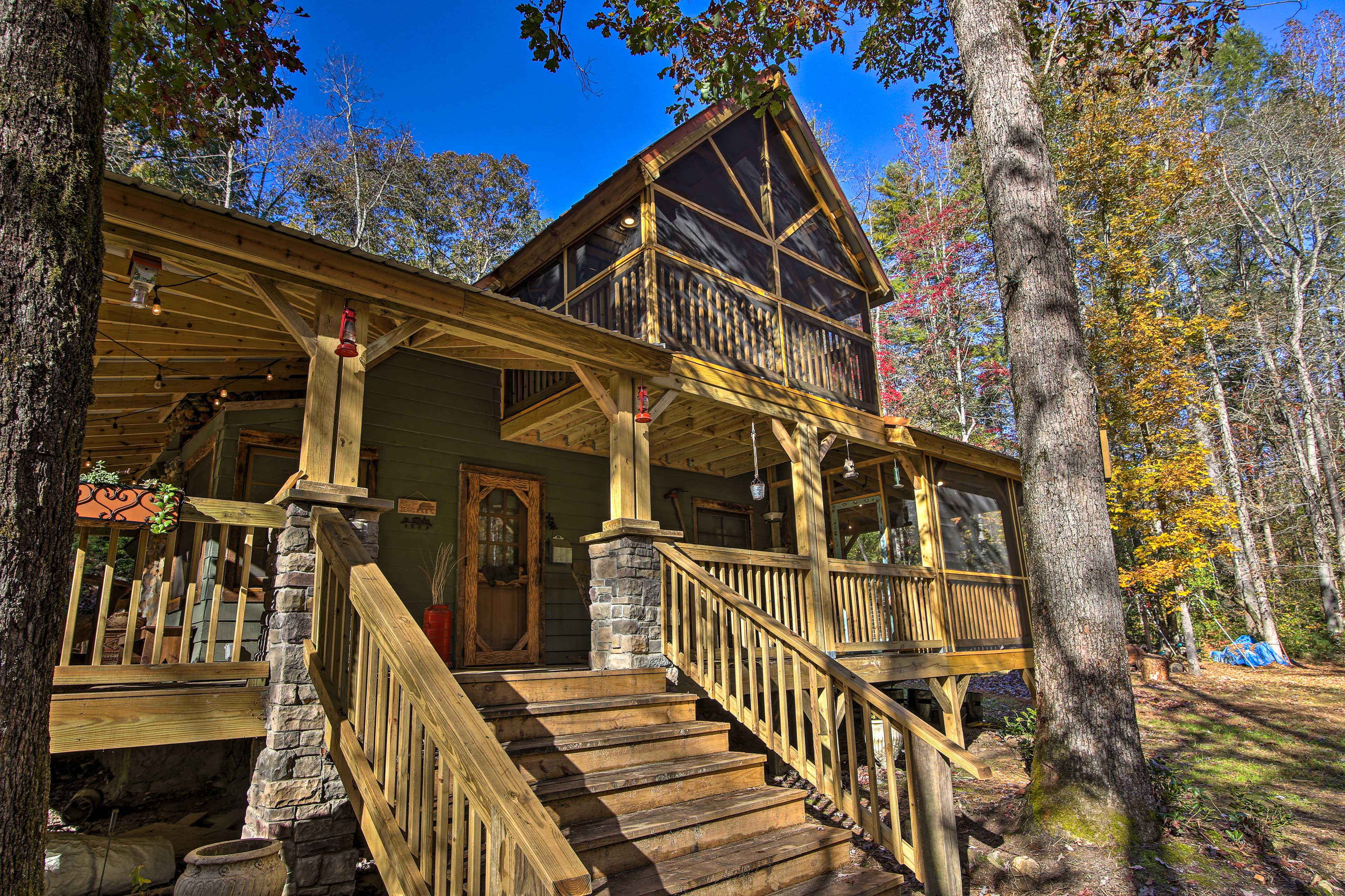 This secluded vacation rental in Sautee Nacoochee is surrounded by tall trees.