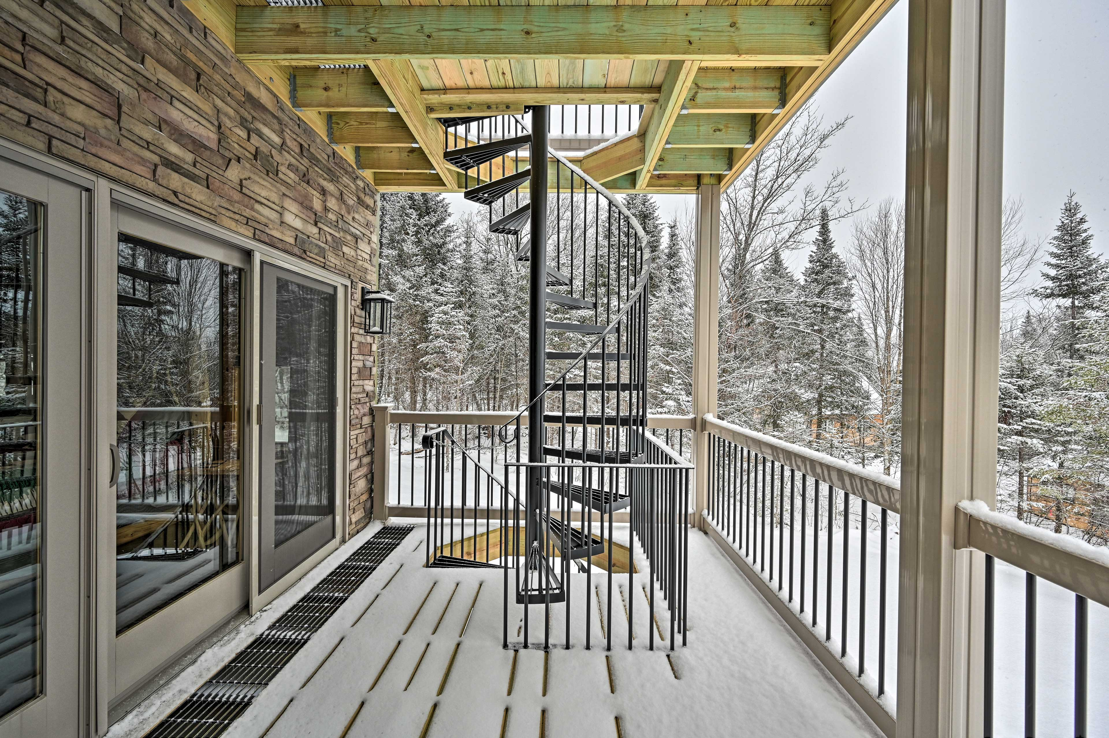 Go up or down the spiral staircase that accesses the 2 decks and patio.