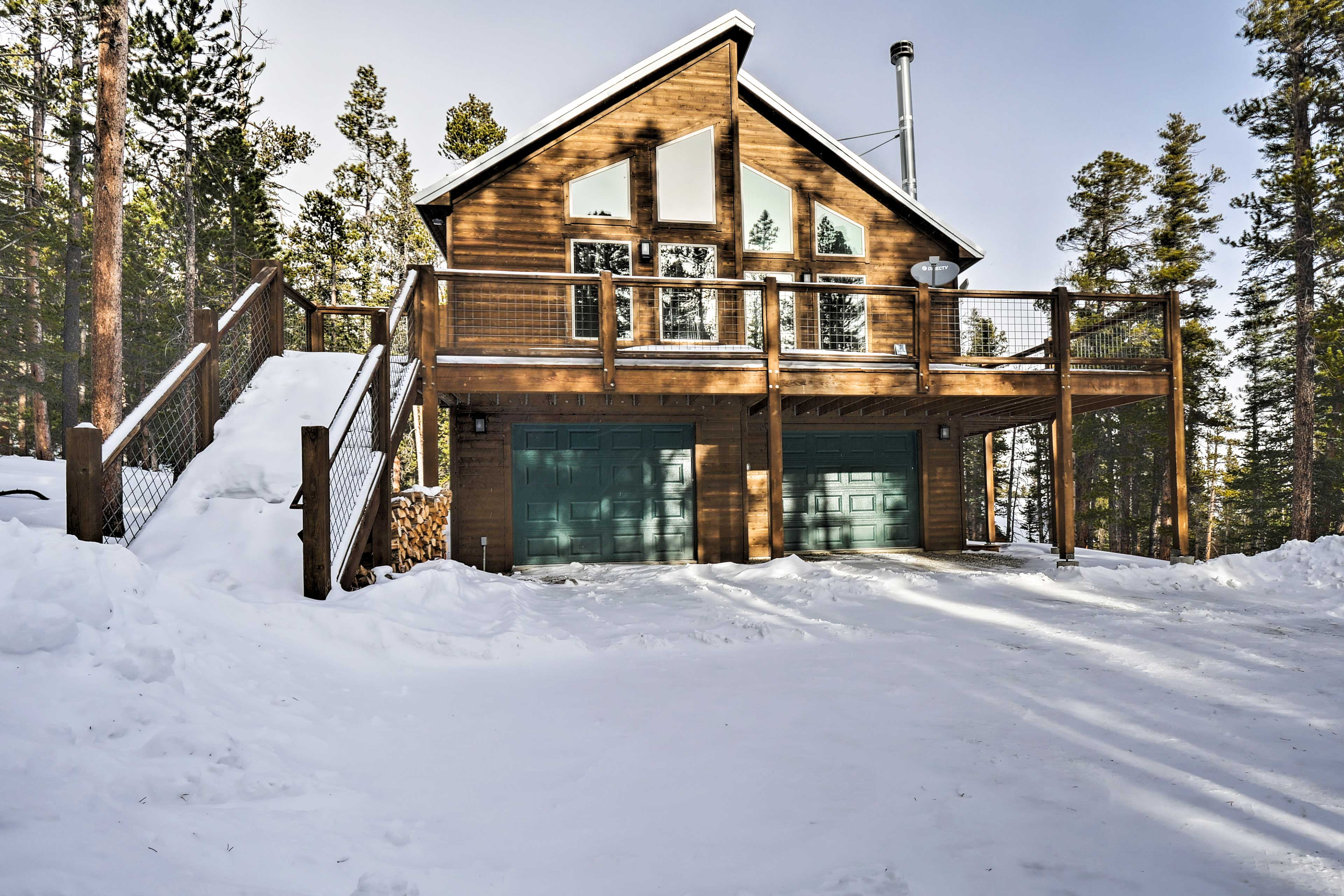 This vacation rental cabin has everything you need for an ideal getaway.