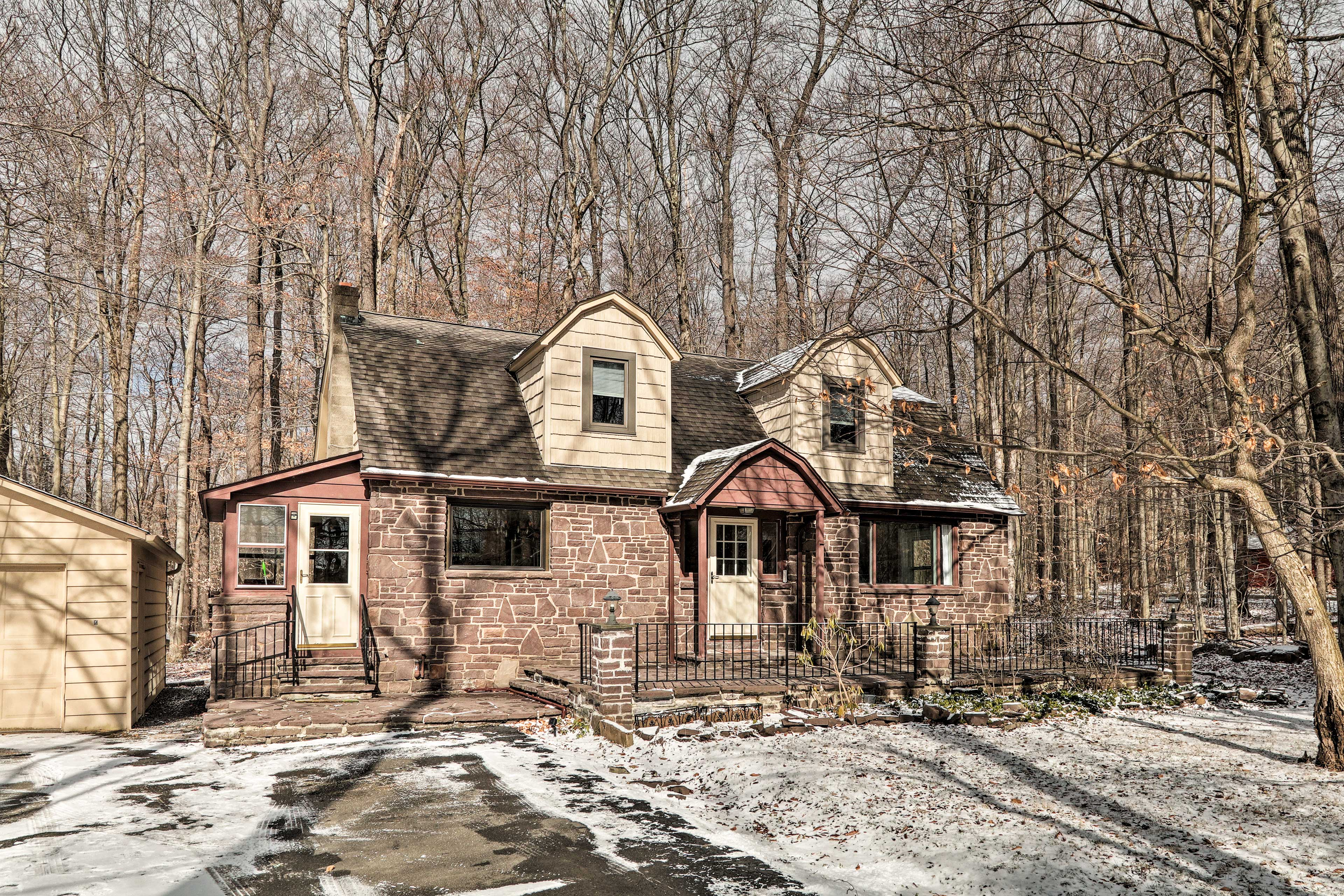 Book this charming vacation rental for your upcoming Poconos vacay!