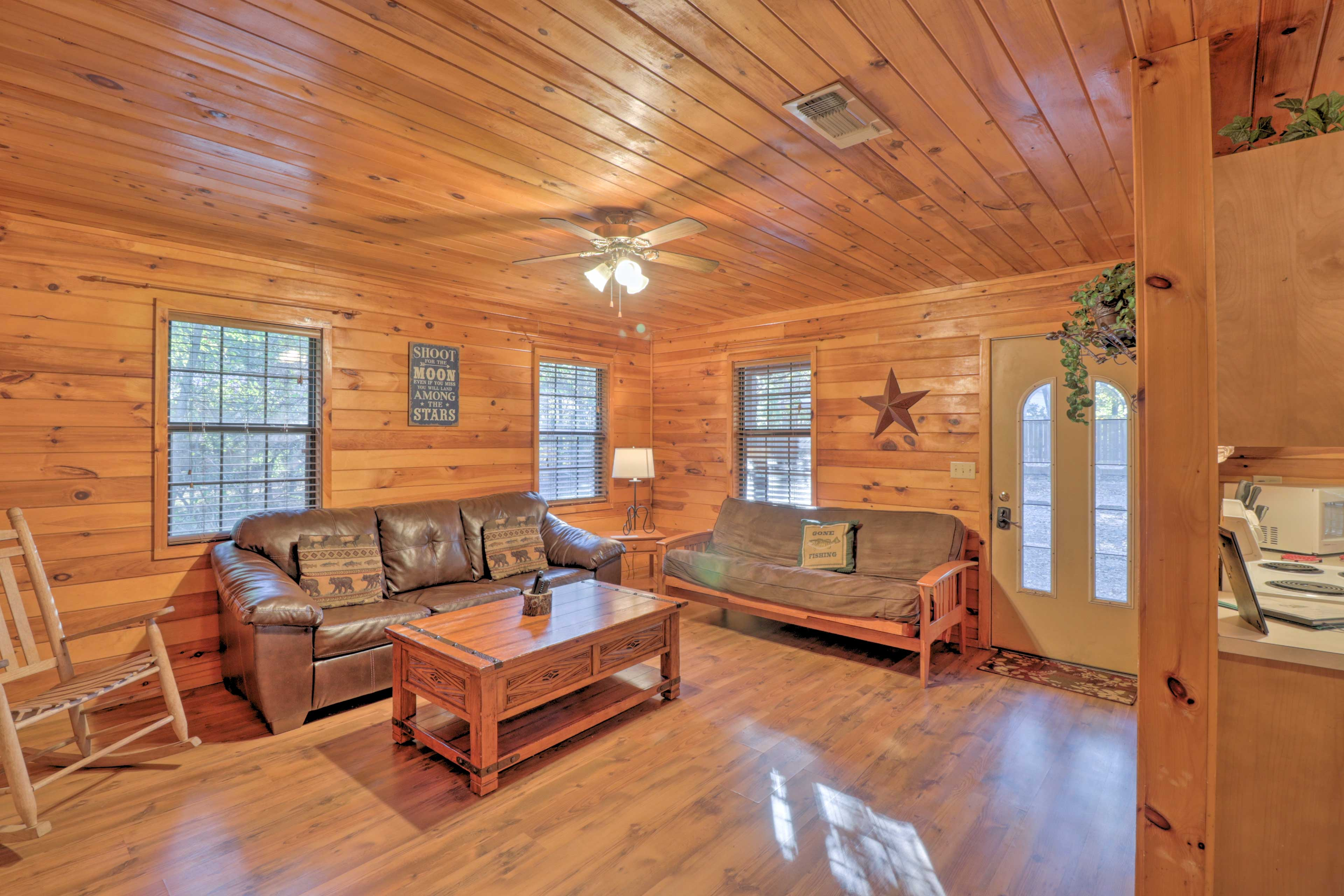 Bring your group of 10 to this inviting cabin in Broken Bow.