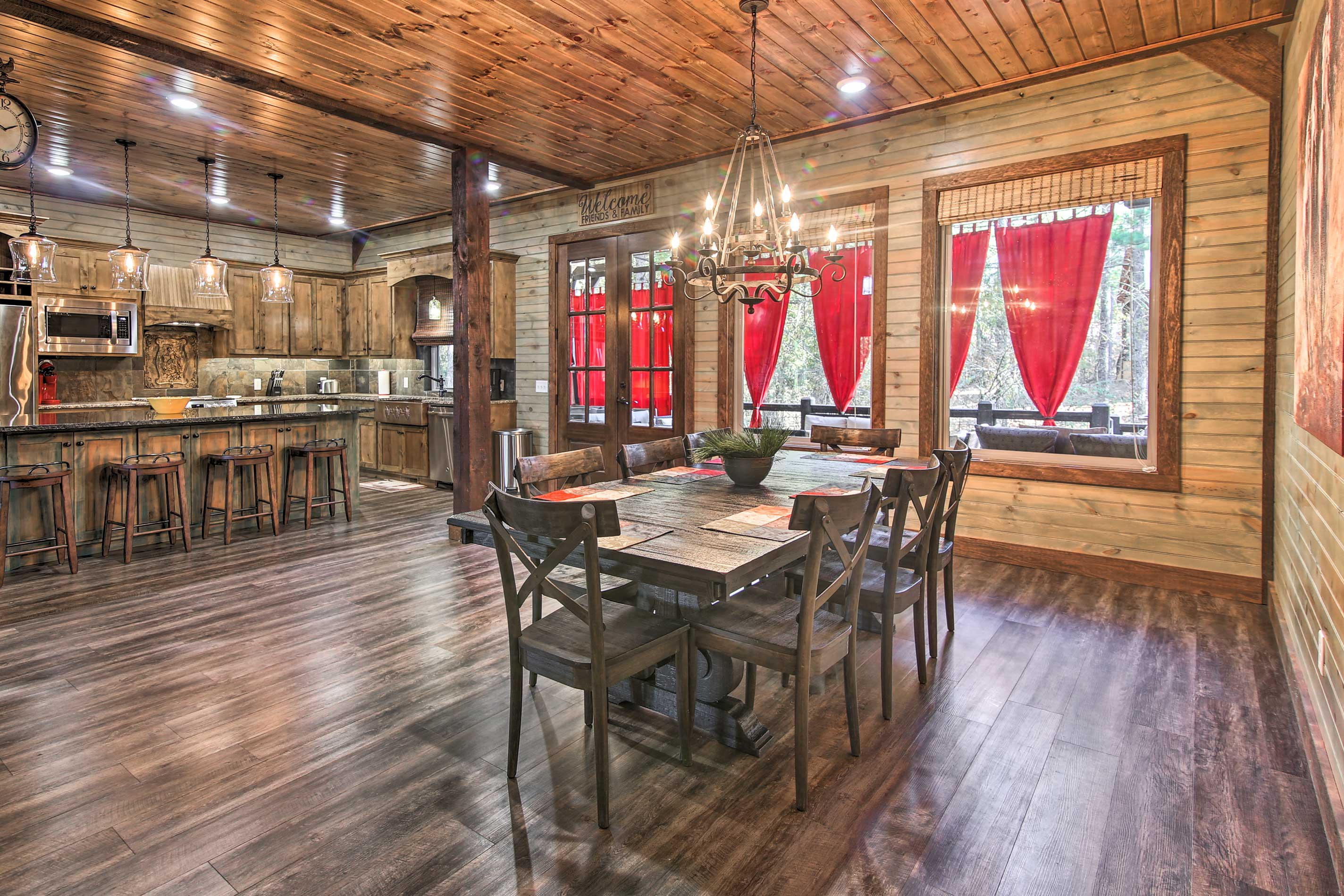 Host a holiday meal at this welcoming Oklahoma cabin!