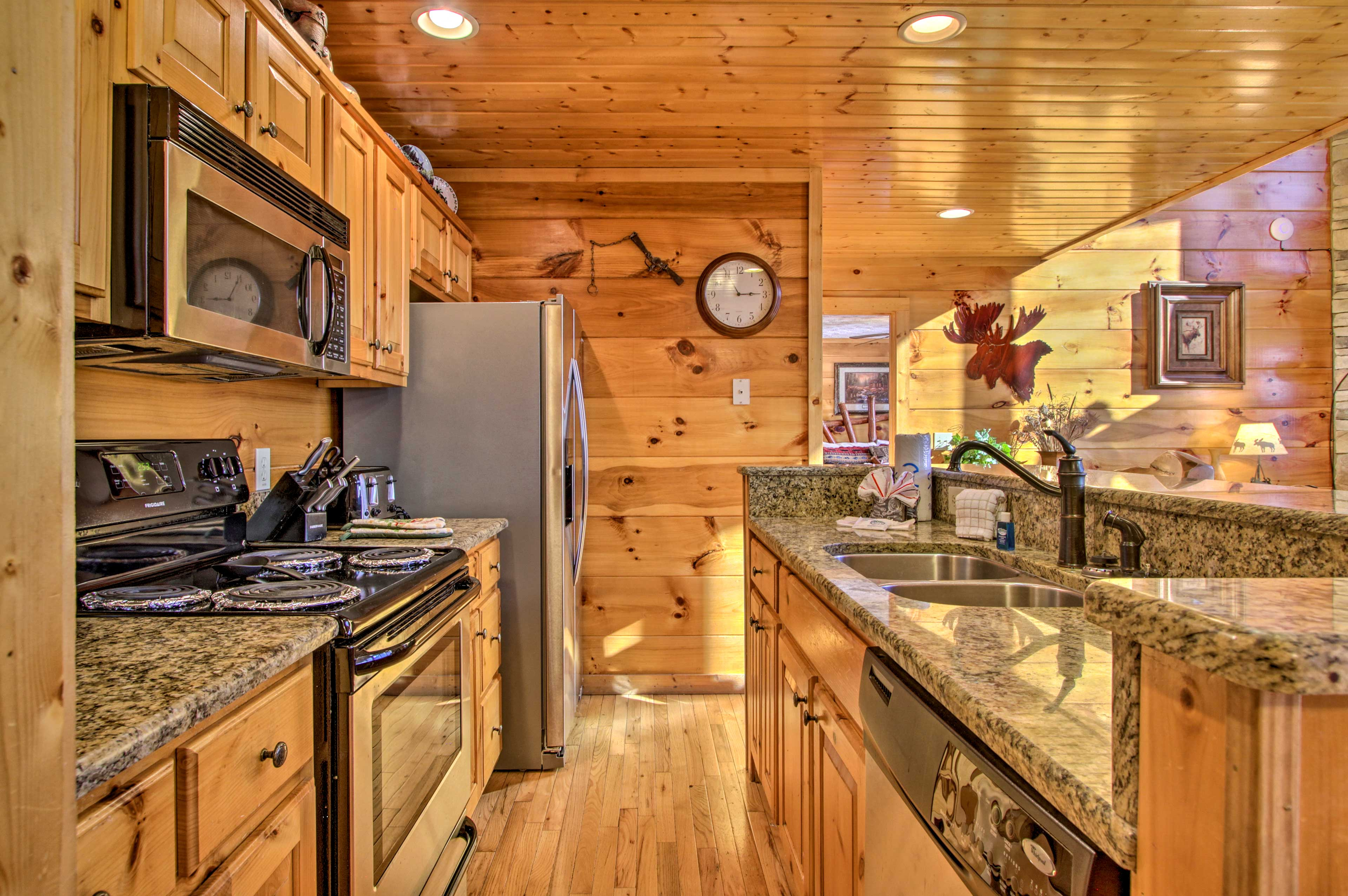 Hearty meals await to be prepared in the fully equipped kitchen!