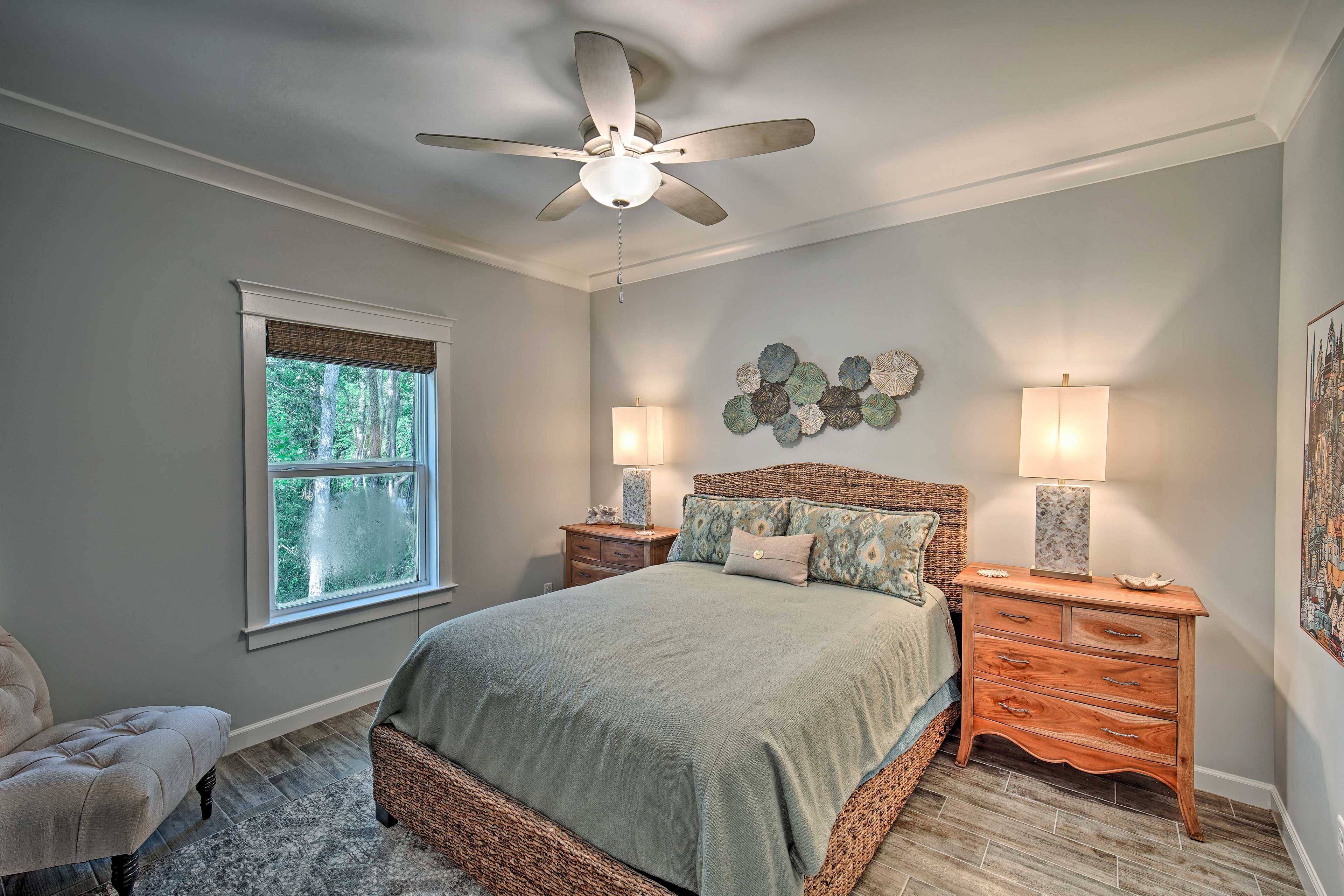 2 guests can share this room with a queen bed.