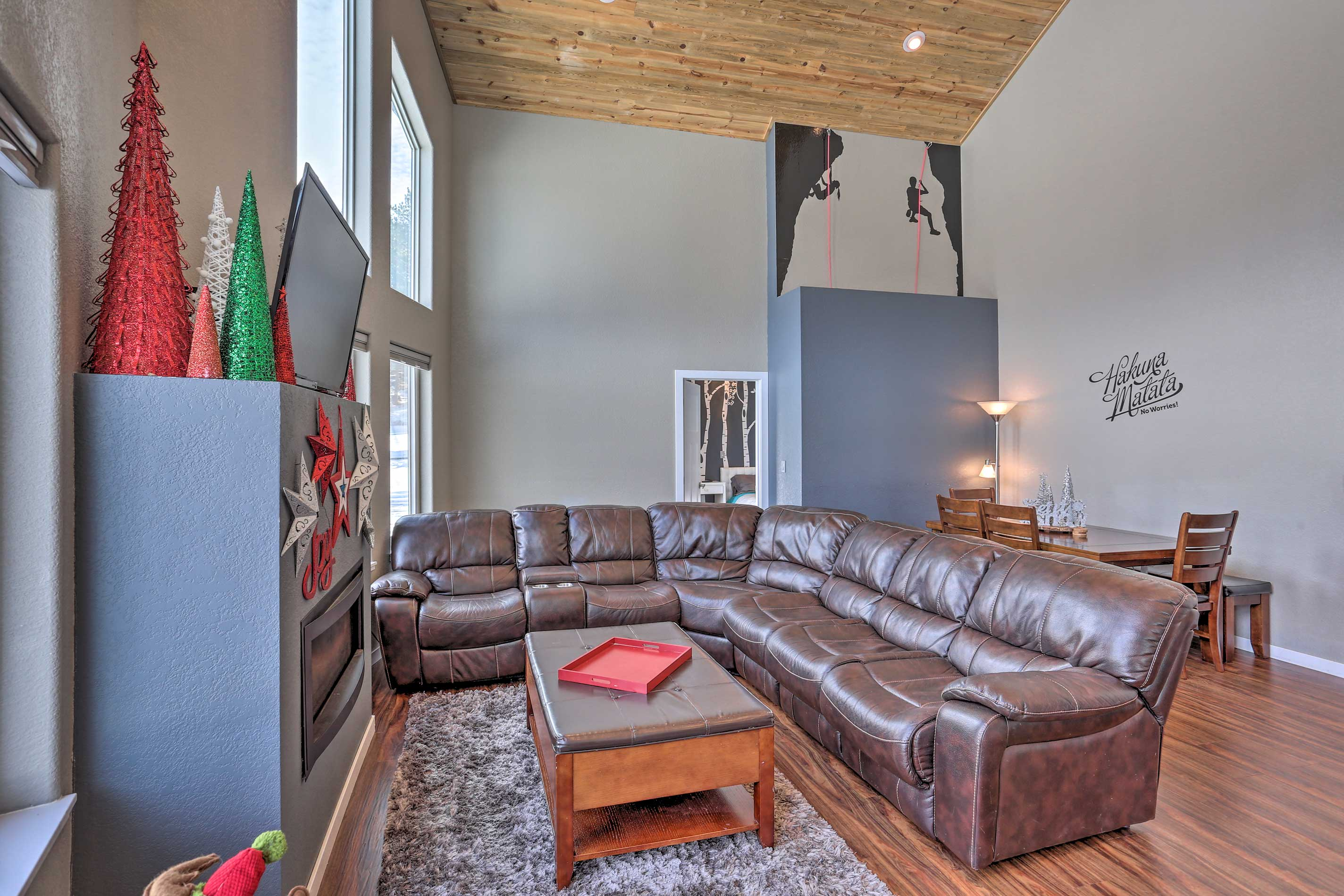 This 3-bedroom, 2-bath vacation rental boasts 1,250 square feet of living space.