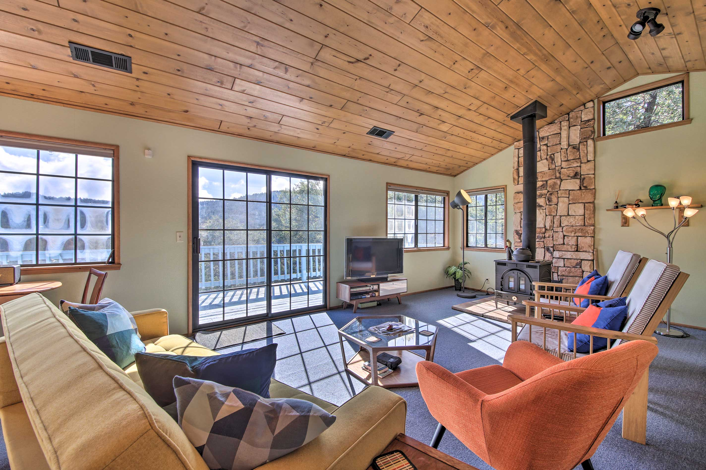 This 3-bed, 2.5 bath Crestline vacation rental welcomes you and your loved ones.