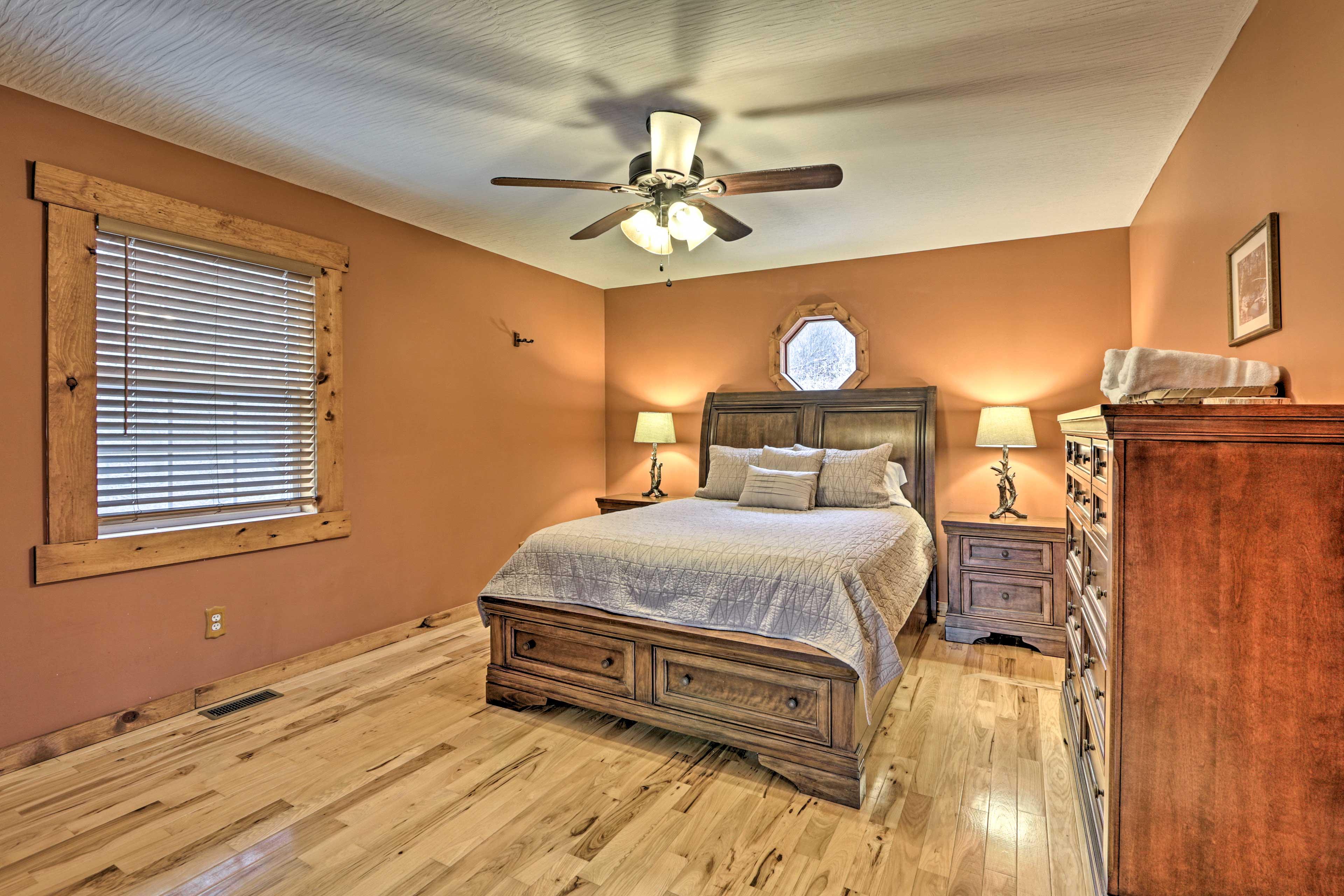 Bedroom 1 | Queen Bed | 1st Floor